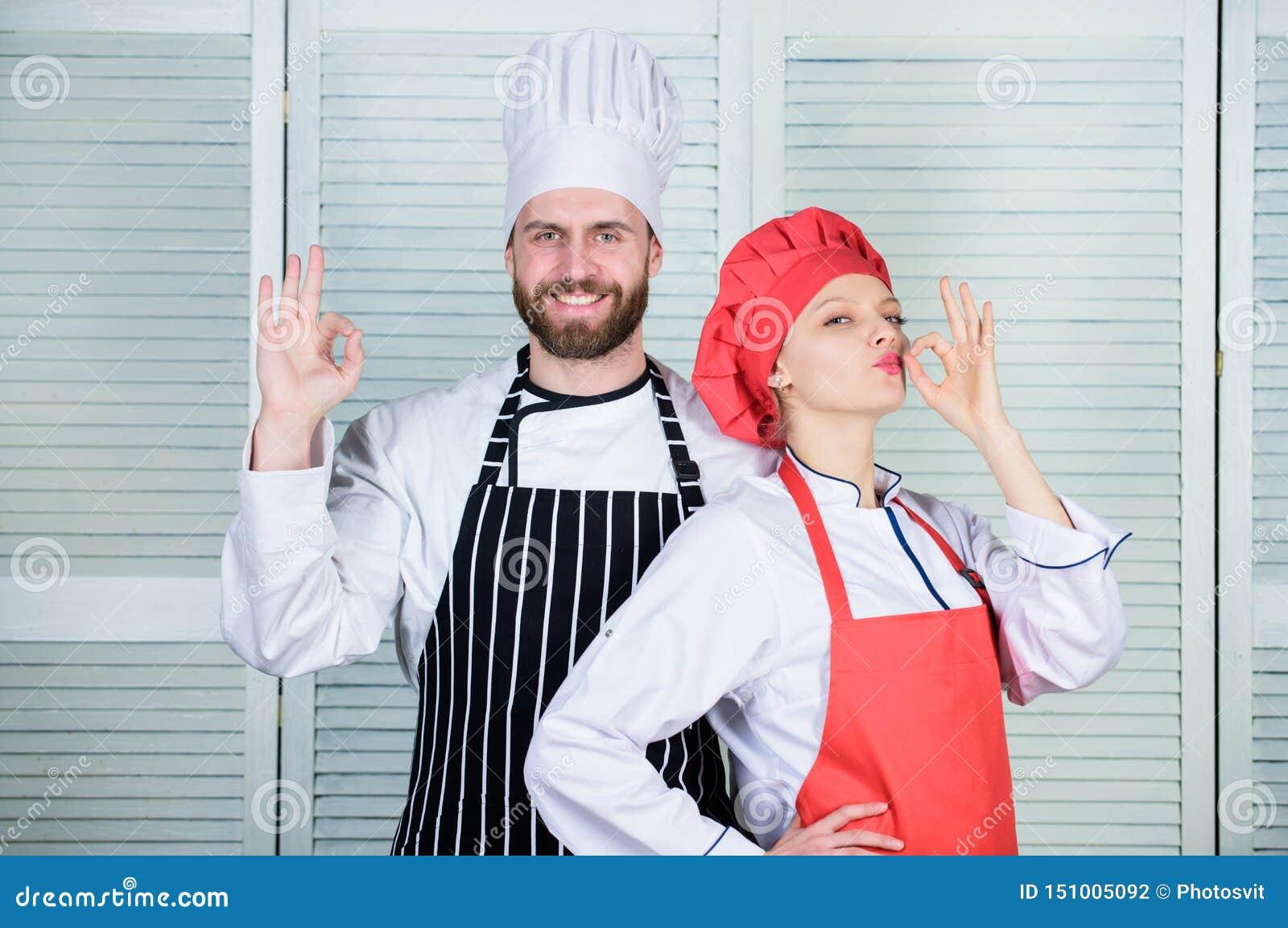 El cocinar con su c?nyuge puede fortalecer relaciones Pares de las razones que cocinan junto Trabajo en equipo en cocina Pareja