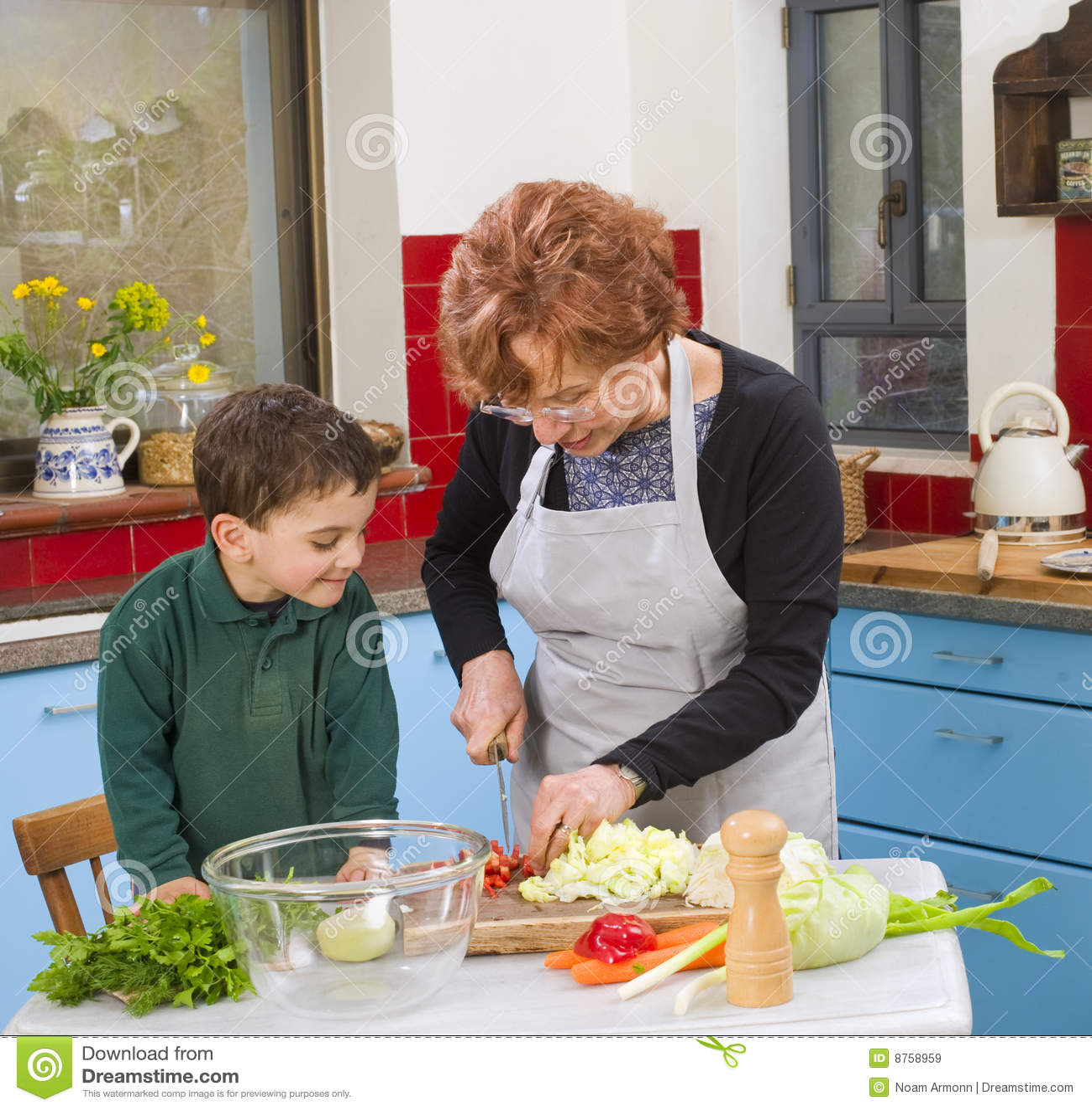 El cocinar de la abuela y del nieto im genes de archivo for Objetos para cocinar