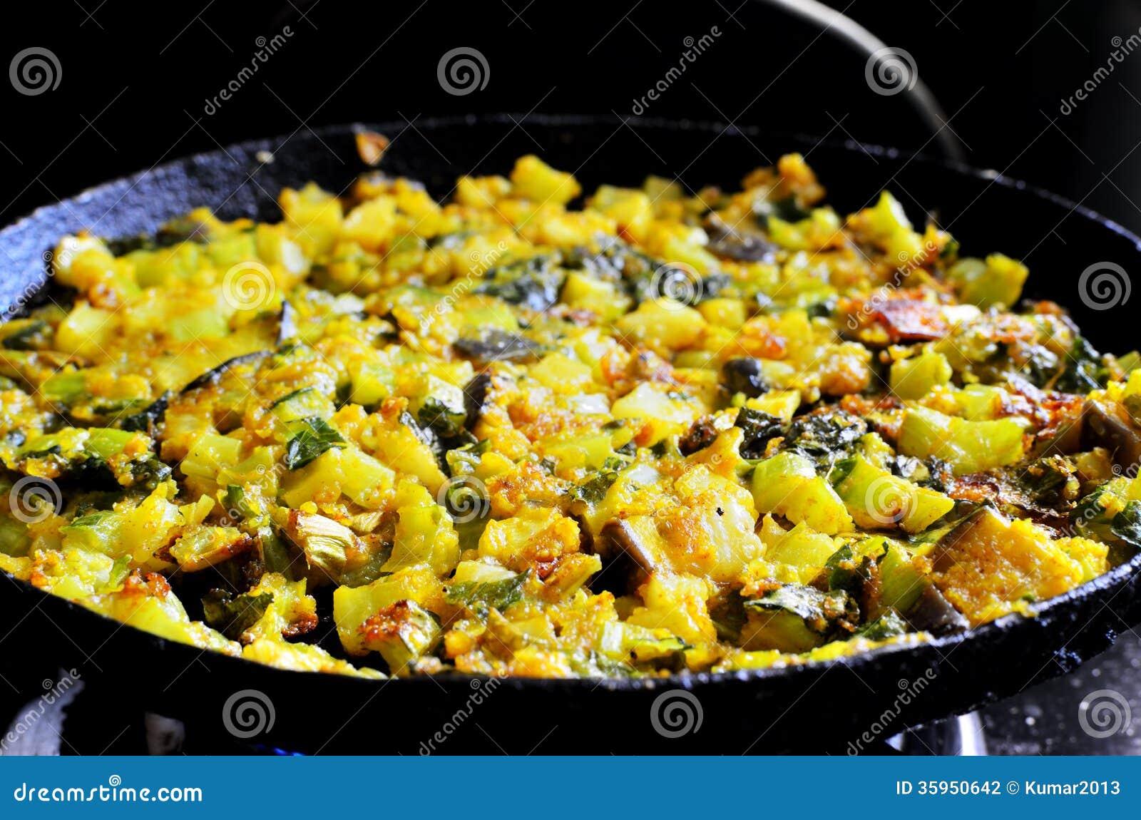 El cocinar de verduras frescas