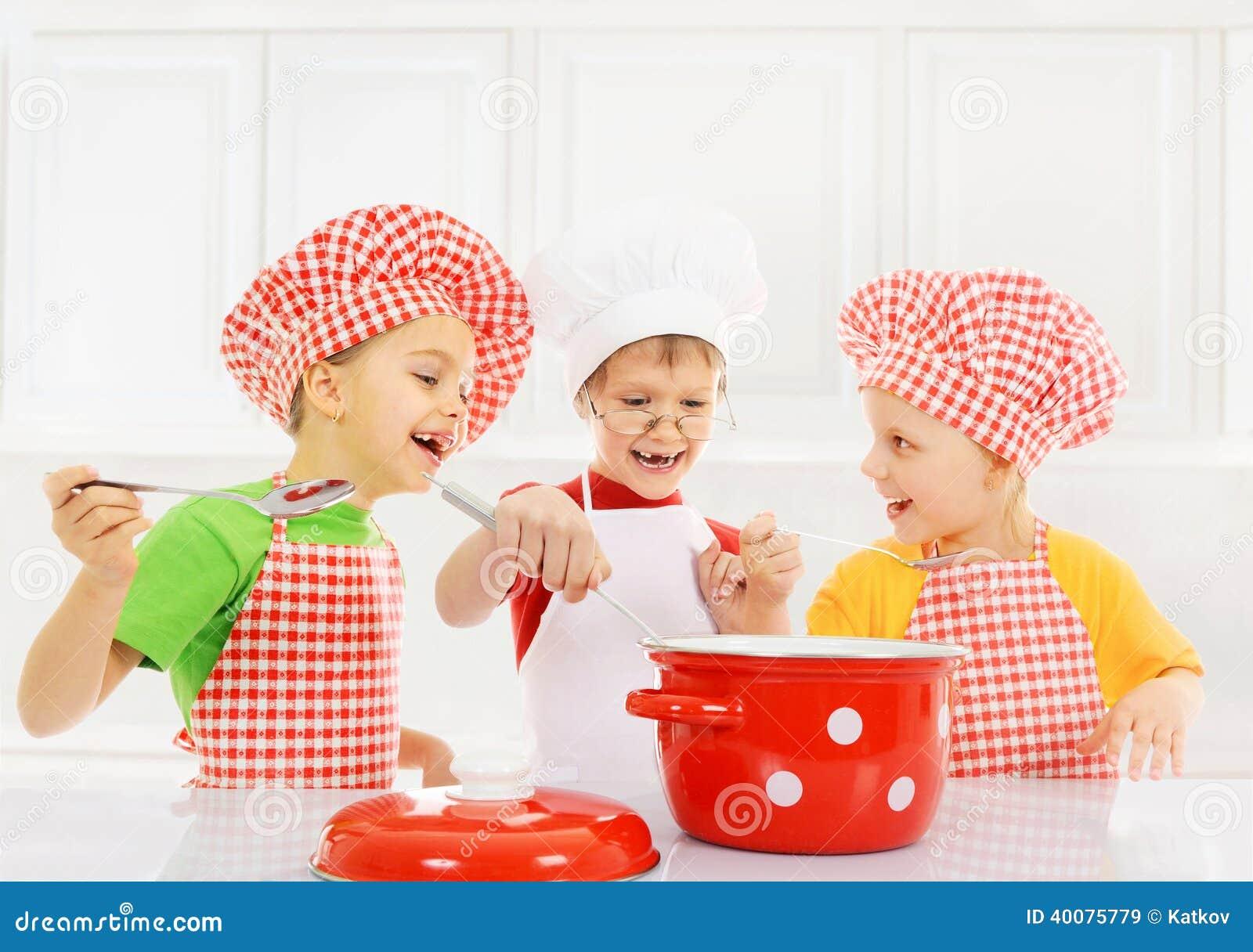 El cocinar divertido de los ni os imagen de archivo - Nina cocinando ...
