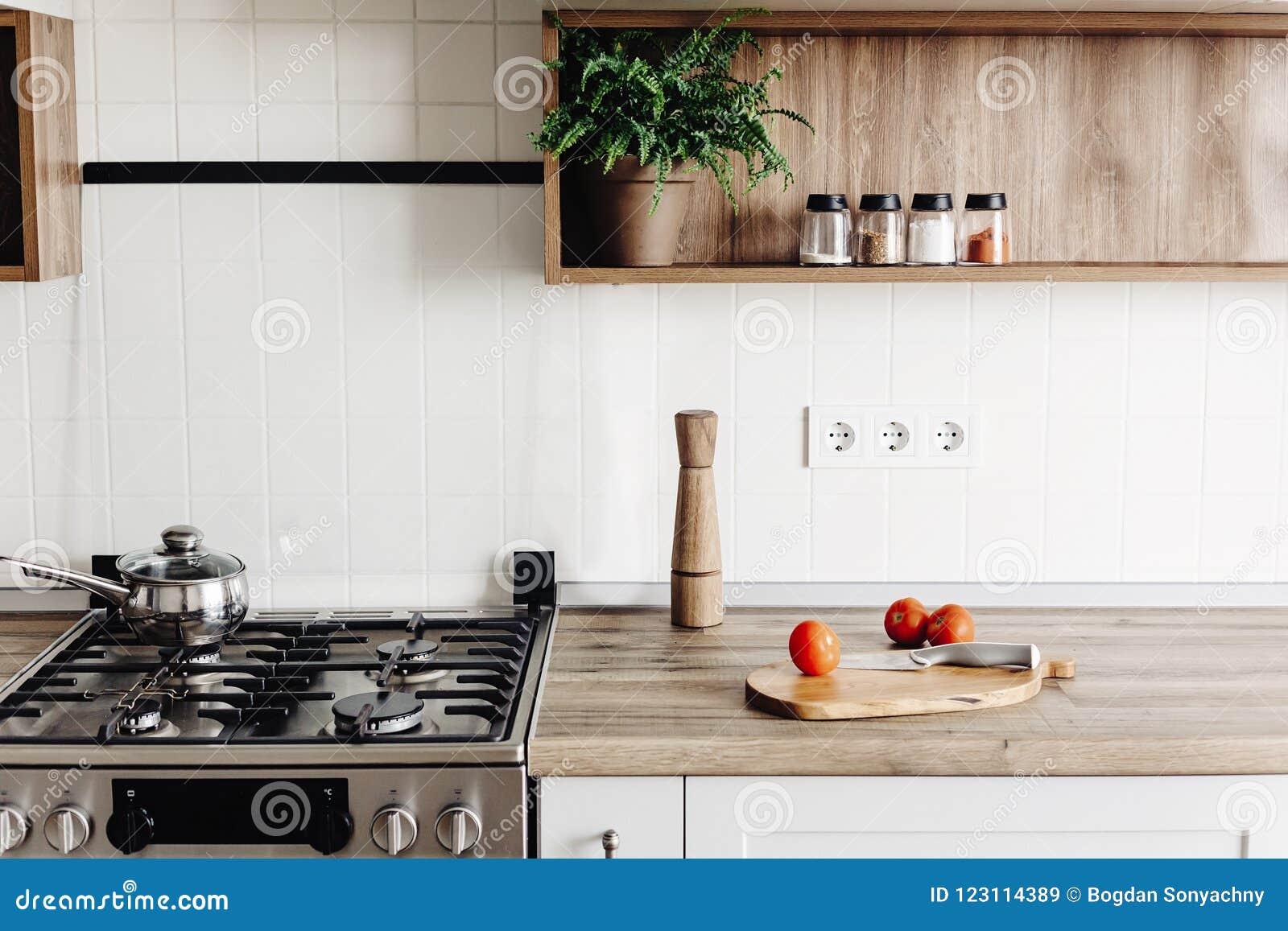 El Cocinar En Cocina Moderna En Estilo Escandinavo Gris ...