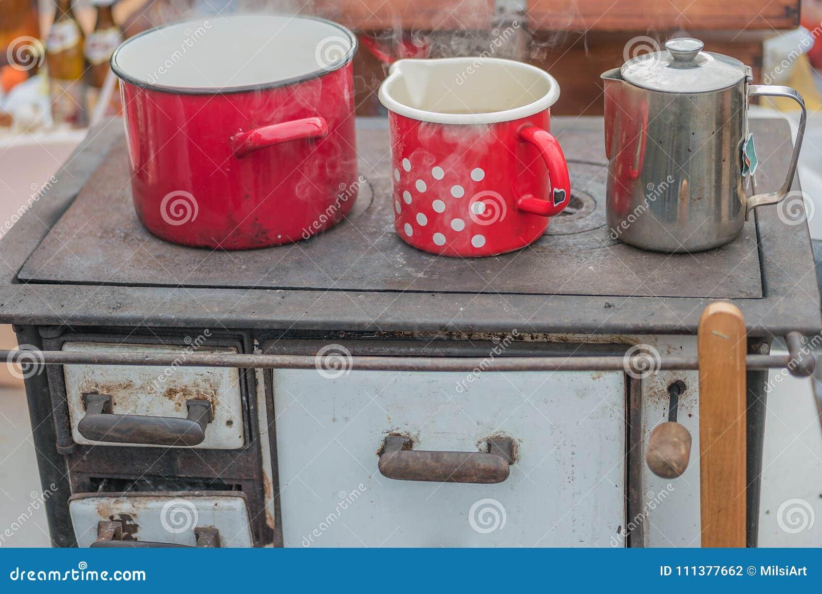 El cocinar en estufa aprovisionada de combustible madera retra