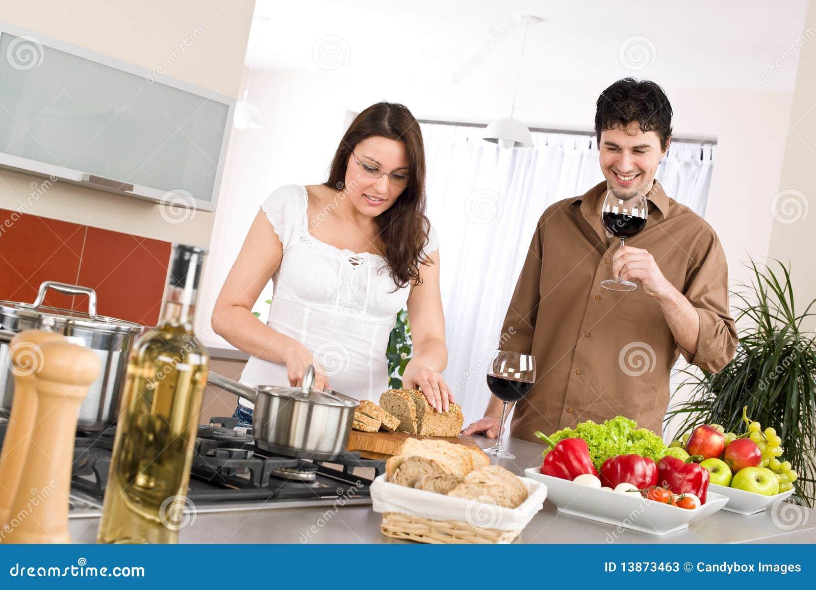 El cocinar pares felices junto en cocina moderna fotos - Cocinas de cocinar ...