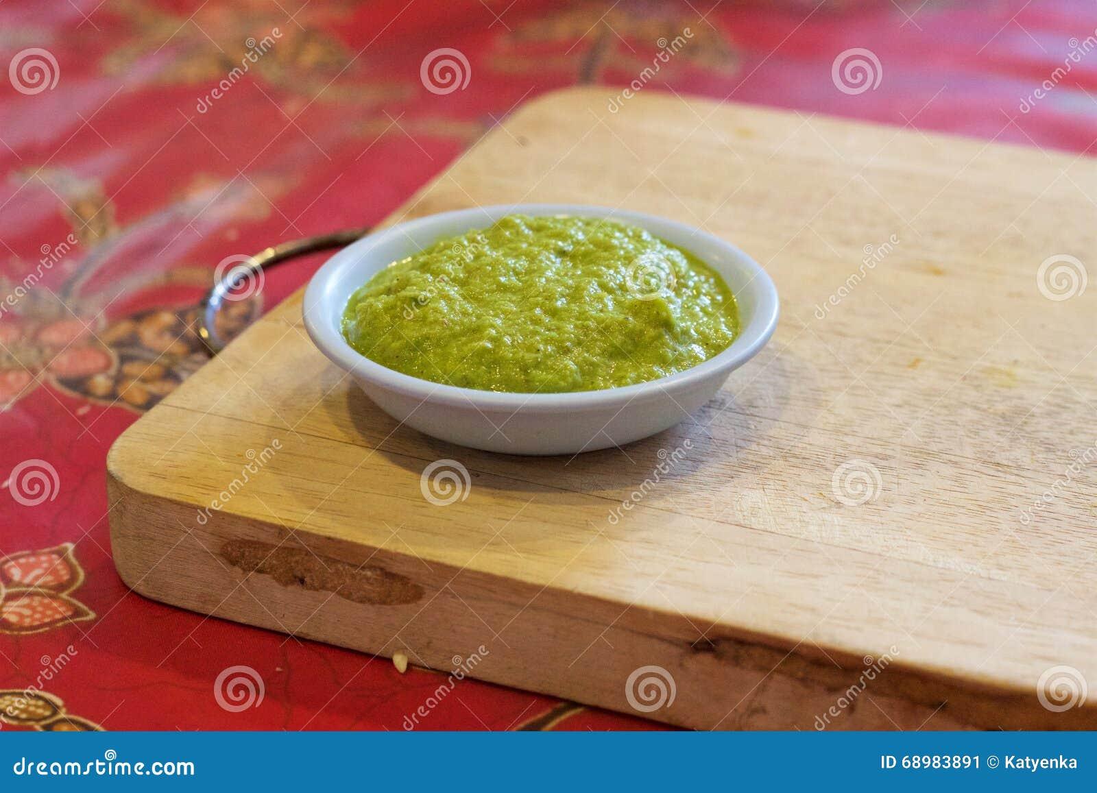 El cocinar tailandés: Goma verde hecha en casa del curry, tabla de cortar, clase de cocina