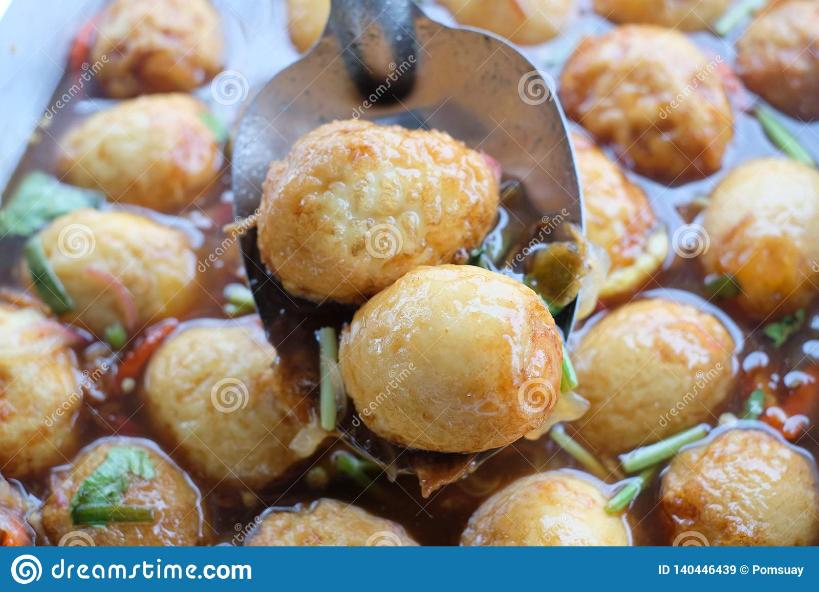 El cocinar tailandés guisado de la comida del huevo