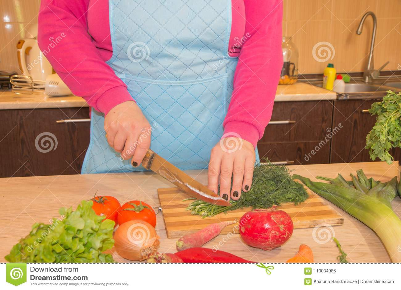 El cocinero corta las verduras en una comida Preparación de platos Una mujer utiliza un cuchillo y cocina El ` s de la mujer da c