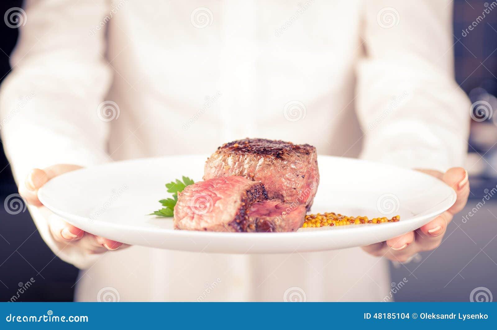 El cocinero guarda un plato