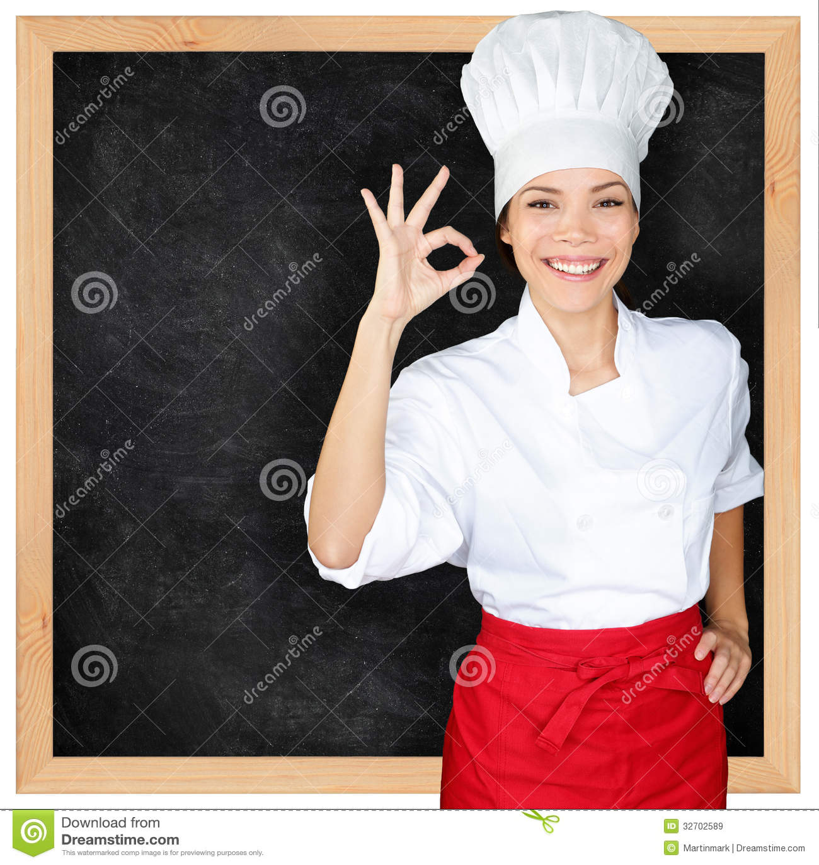 El cocinero que muestra la pizarra del menú y la mano perfecta firman