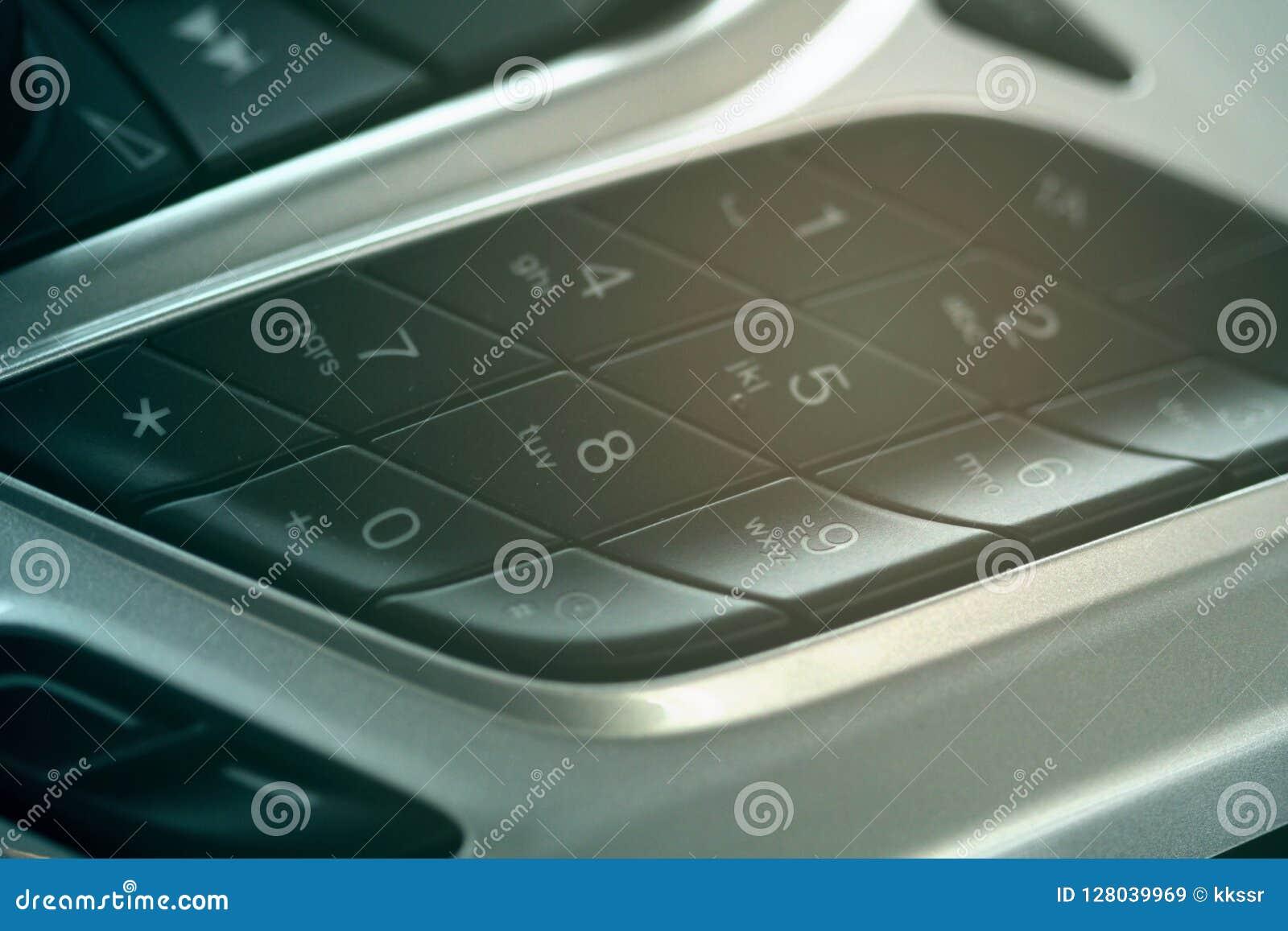 El cojín del dial del tablero de instrumentos del coche al lado del control audio abotona
