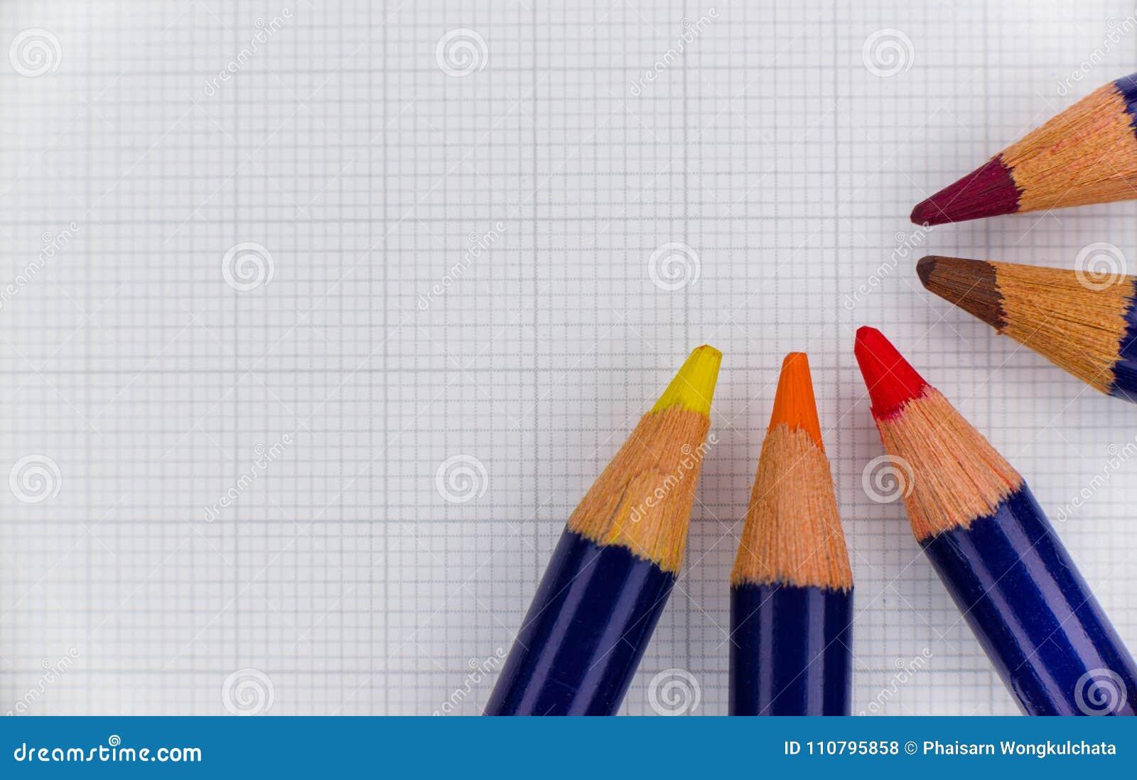 El color de madera alineó el semicírculo con el papel como contexto