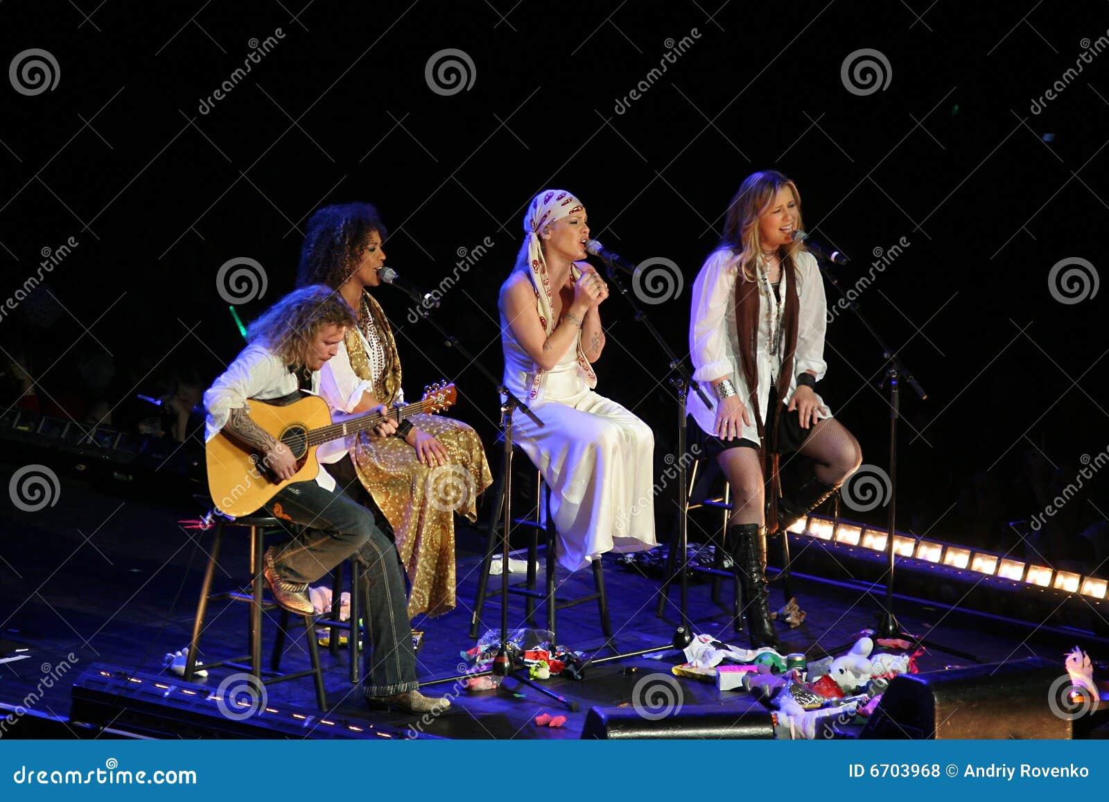 El color de rosa del cantante realiza en el escenario