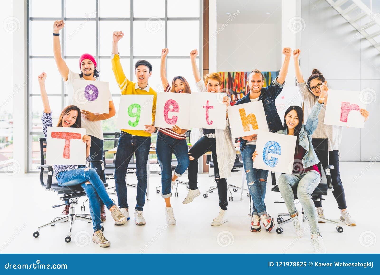 El compañero de trabajo de la oficina del grupo o la gente creativa mantiene la palabra unida, la anima y celebra Socio del proye