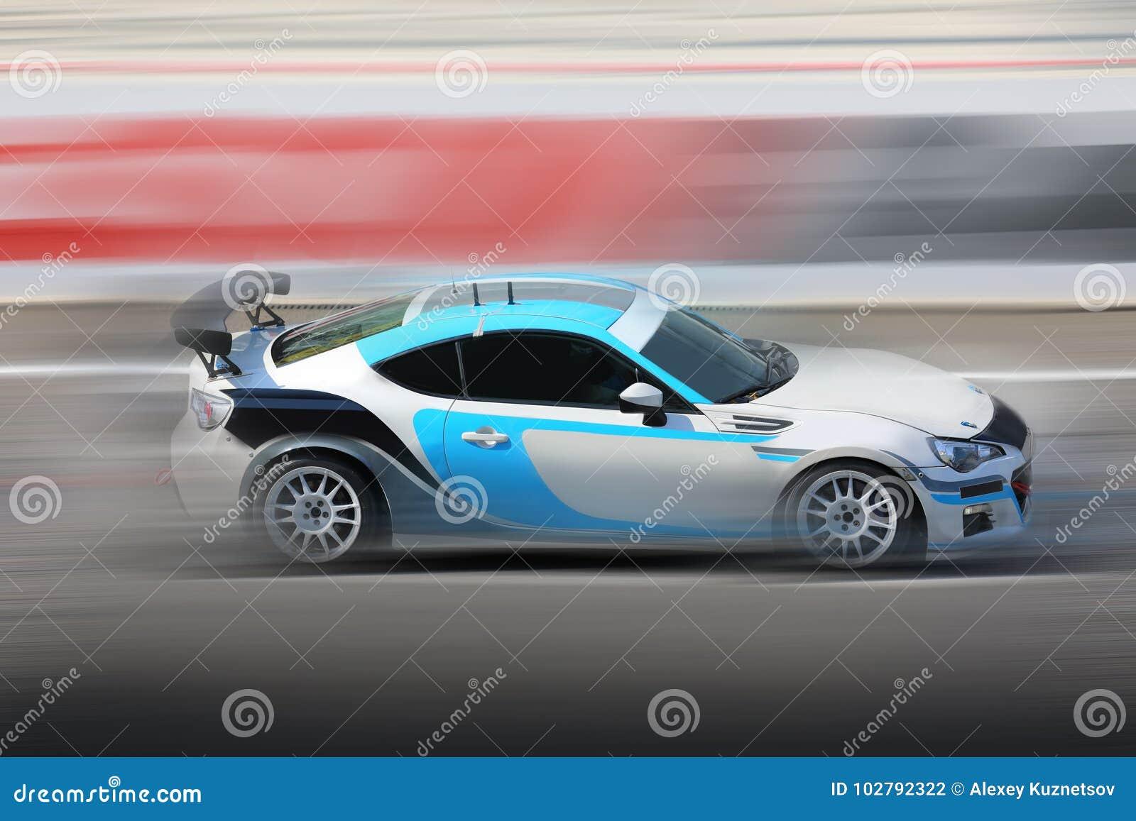 3e836f4547 El competir con de coche de carreras en la velocidad en pista de la  velocidad con la falta de definición de movimiento