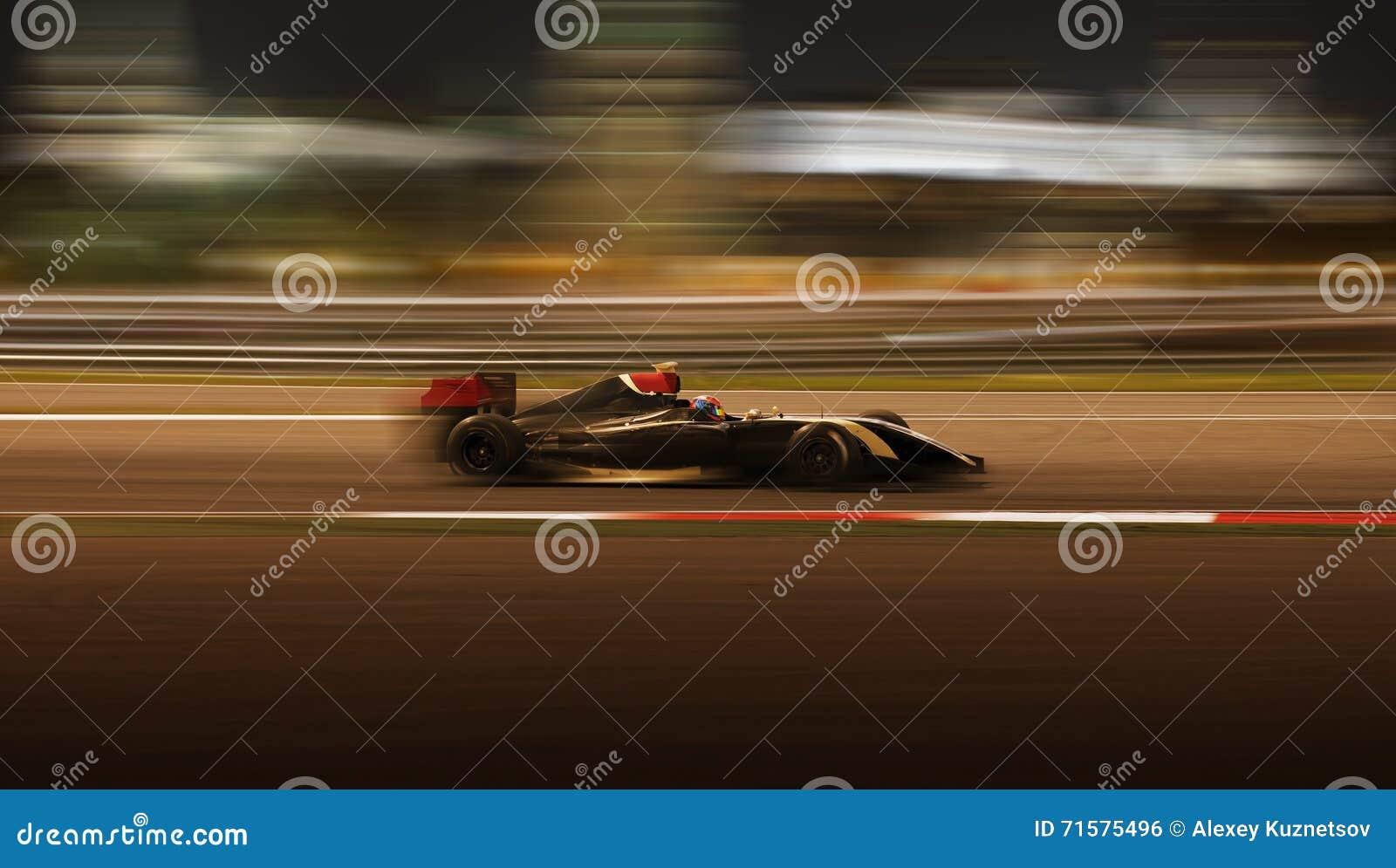 El competir con de coche de carreras en la velocidad
