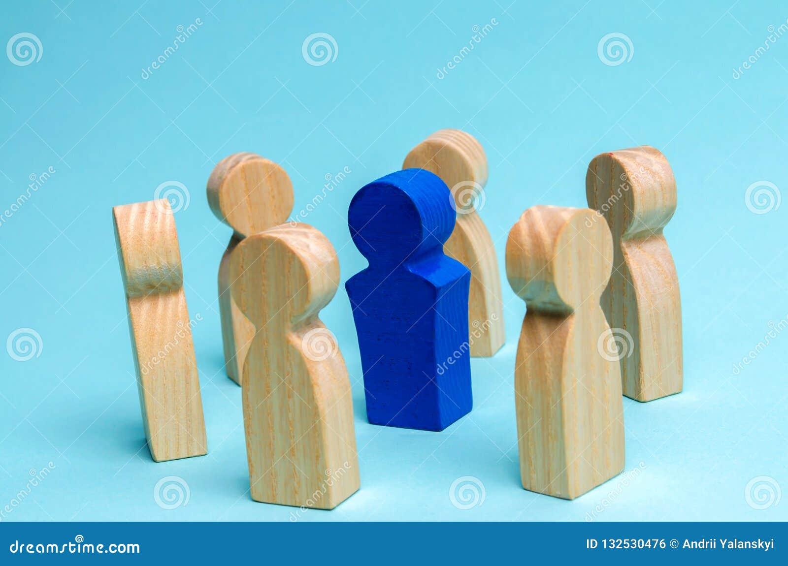 El concepto de dirección en un equipo del negocio Una muchedumbre de trabajadores se coloca en un círculo y escucha su mentor, lí