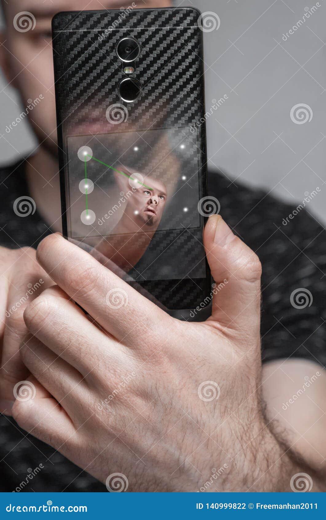 El concepto de identificación de la cara el teléfono explora la huella dactilar y las ofertas del usuario para incorporar la cont