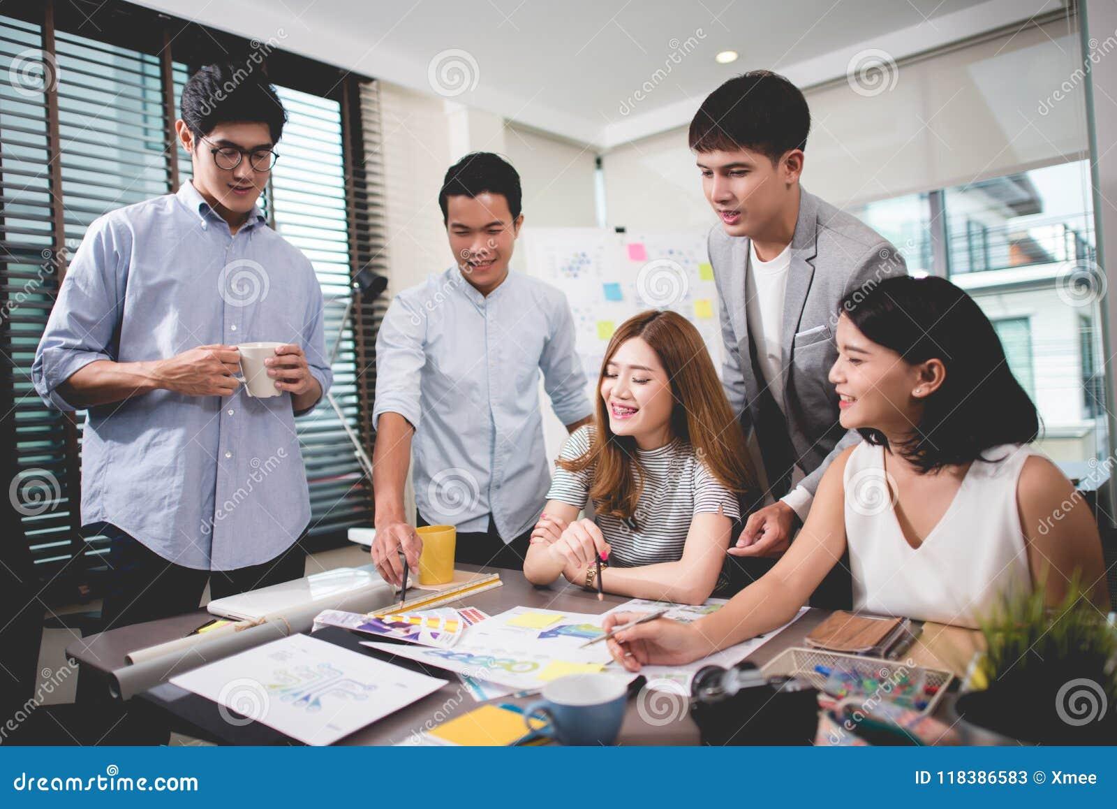 El concepto de la reunión de reflexión del trabajo en equipo, planeamiento de trabajo de la gente empieza para arriba