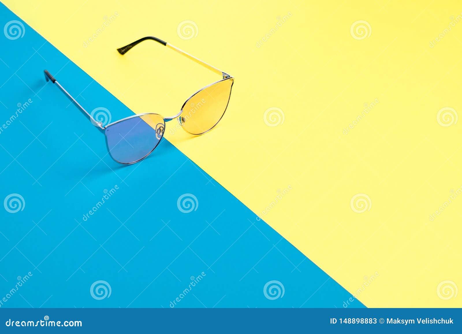 El concepto de vacaciones de verano Opini?n superior sobre gafas de sol