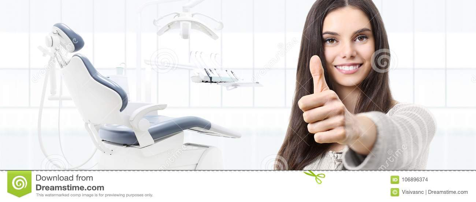 El concepto del cuidado dental, mujer sonriente hermosa da los pulgares para arriba encendido