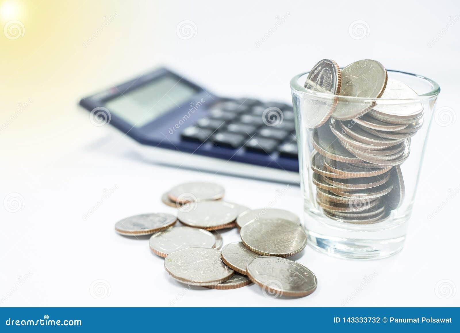 El concepto del negocio de hombre de negocios utiliza una calculadora para calcular