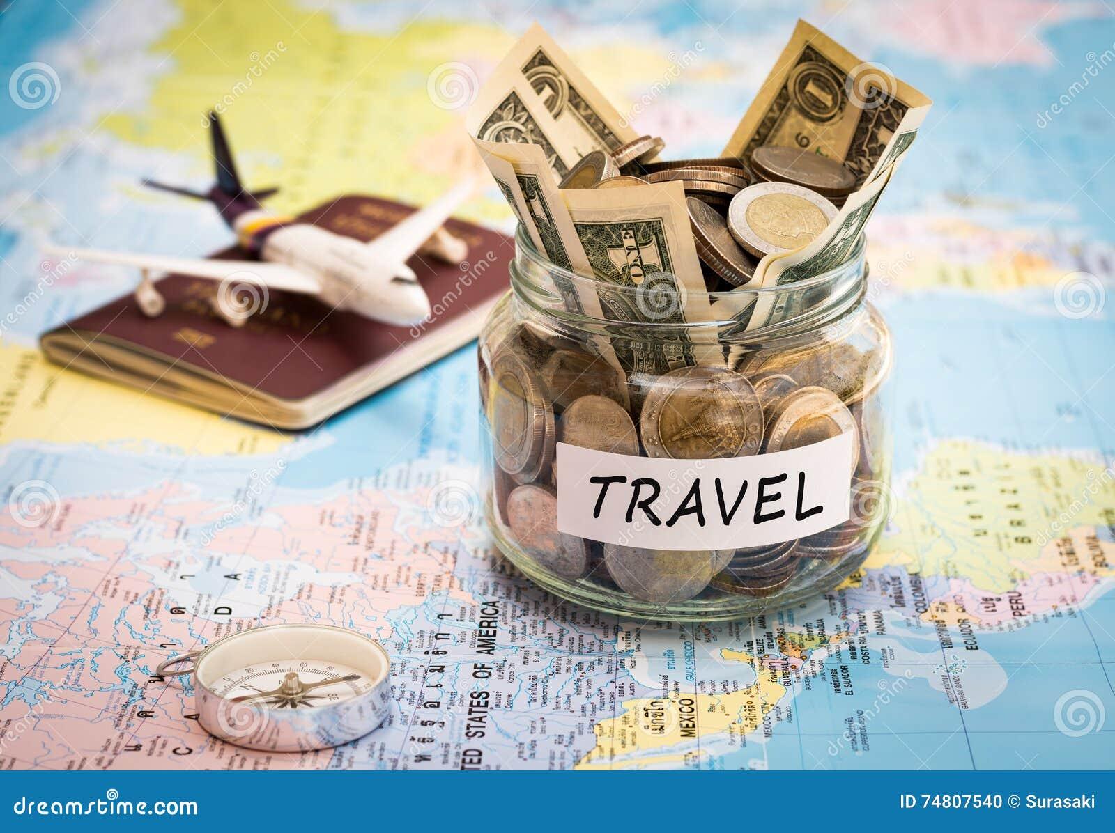 El concepto del presupuesto de viaje con el compás, el pasaporte y los aviones juegan