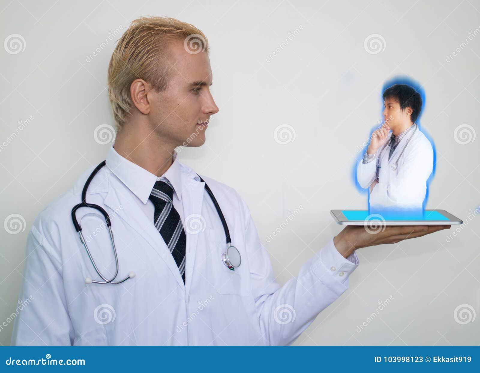 71351c19e El concepto médico elegante de la tecnología, tecnología aumentada uso del  doctor para conectar al otro doctor para consultar, discute, planea, ...