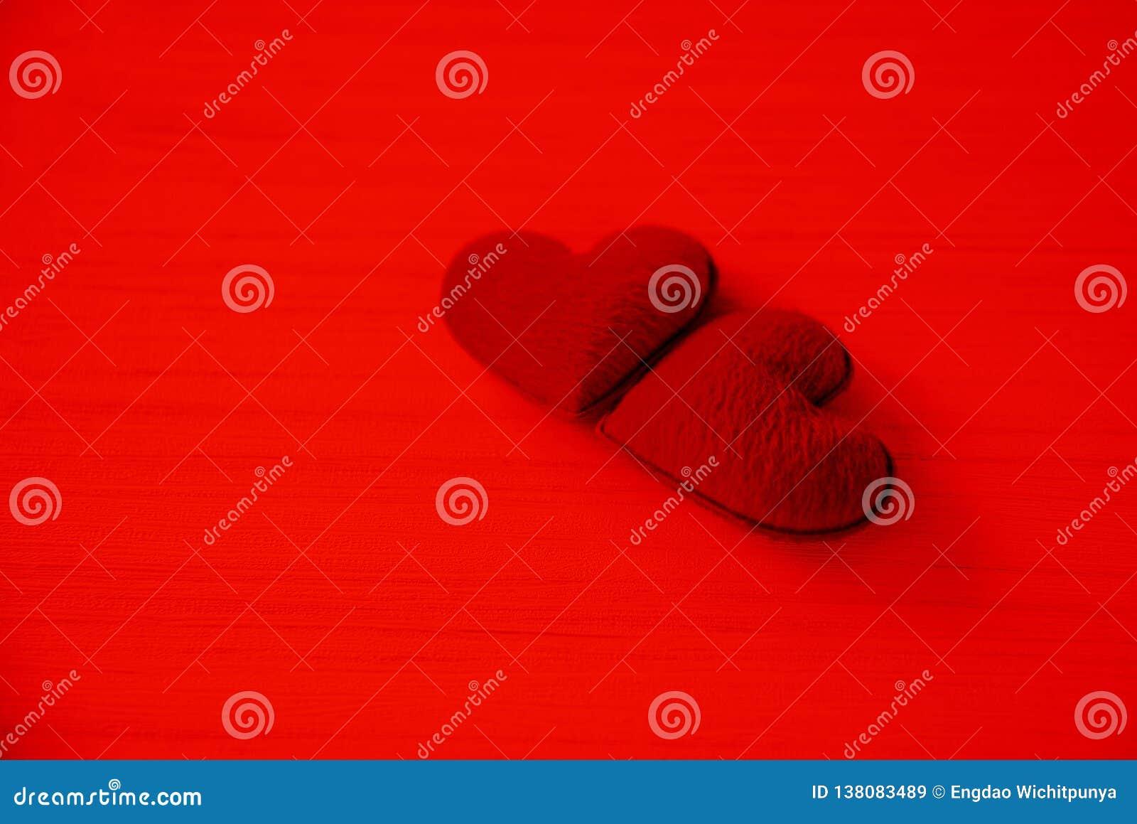 El concepto romántico del corazón del amor de día de San Valentín junta el corazón rojo adornado en fondo rojo