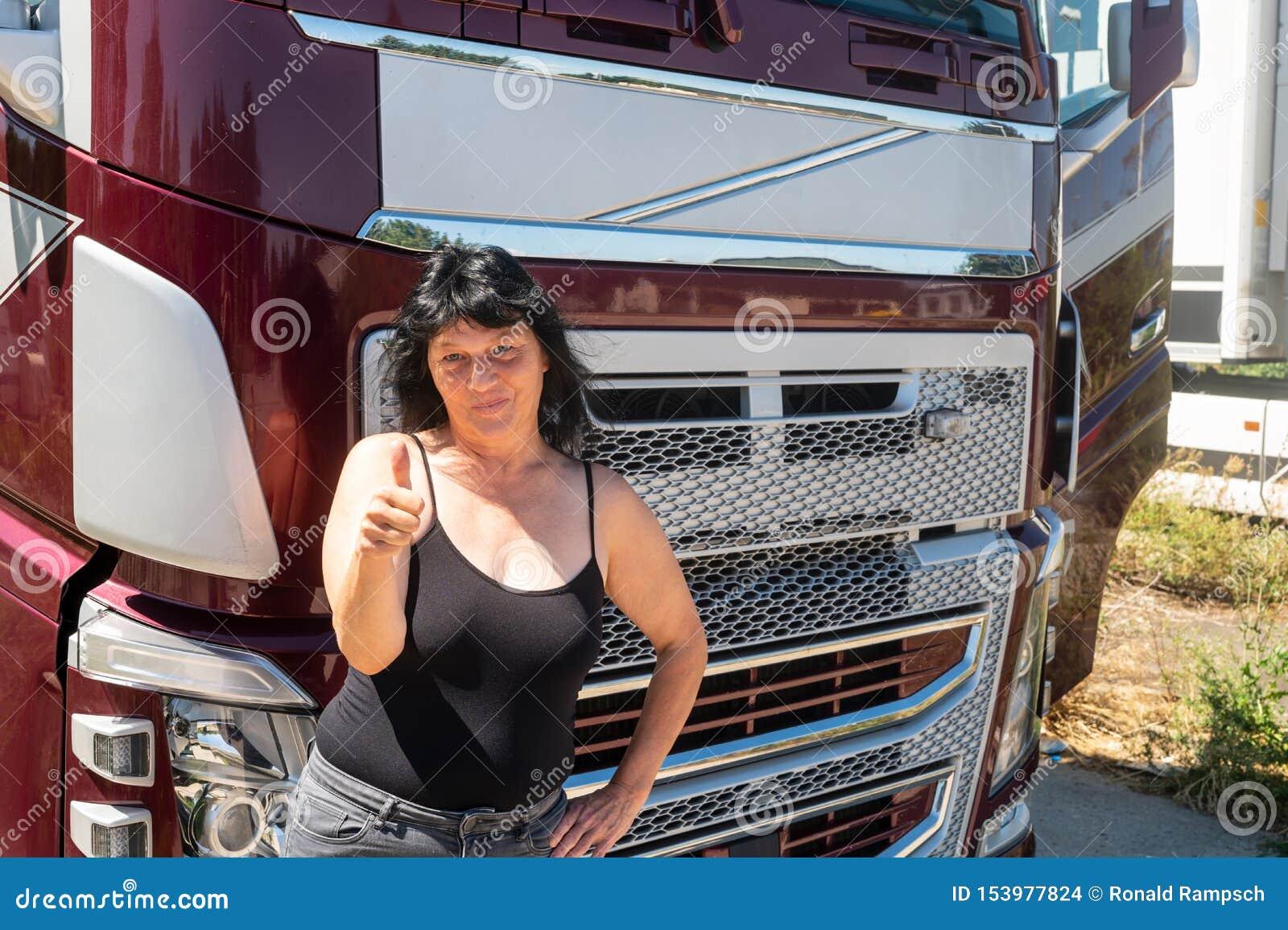 El conductor de un camión muestra los pulgares para arriba