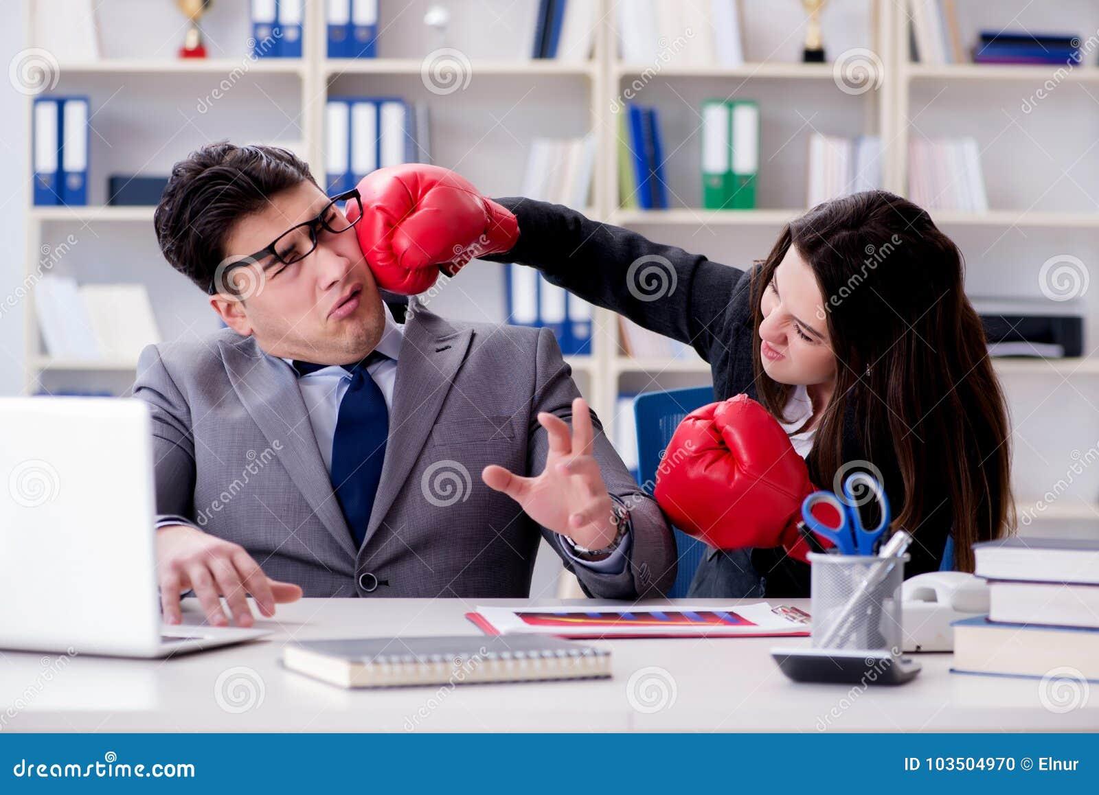 El conflicto de la oficina entre el hombre y la mujer