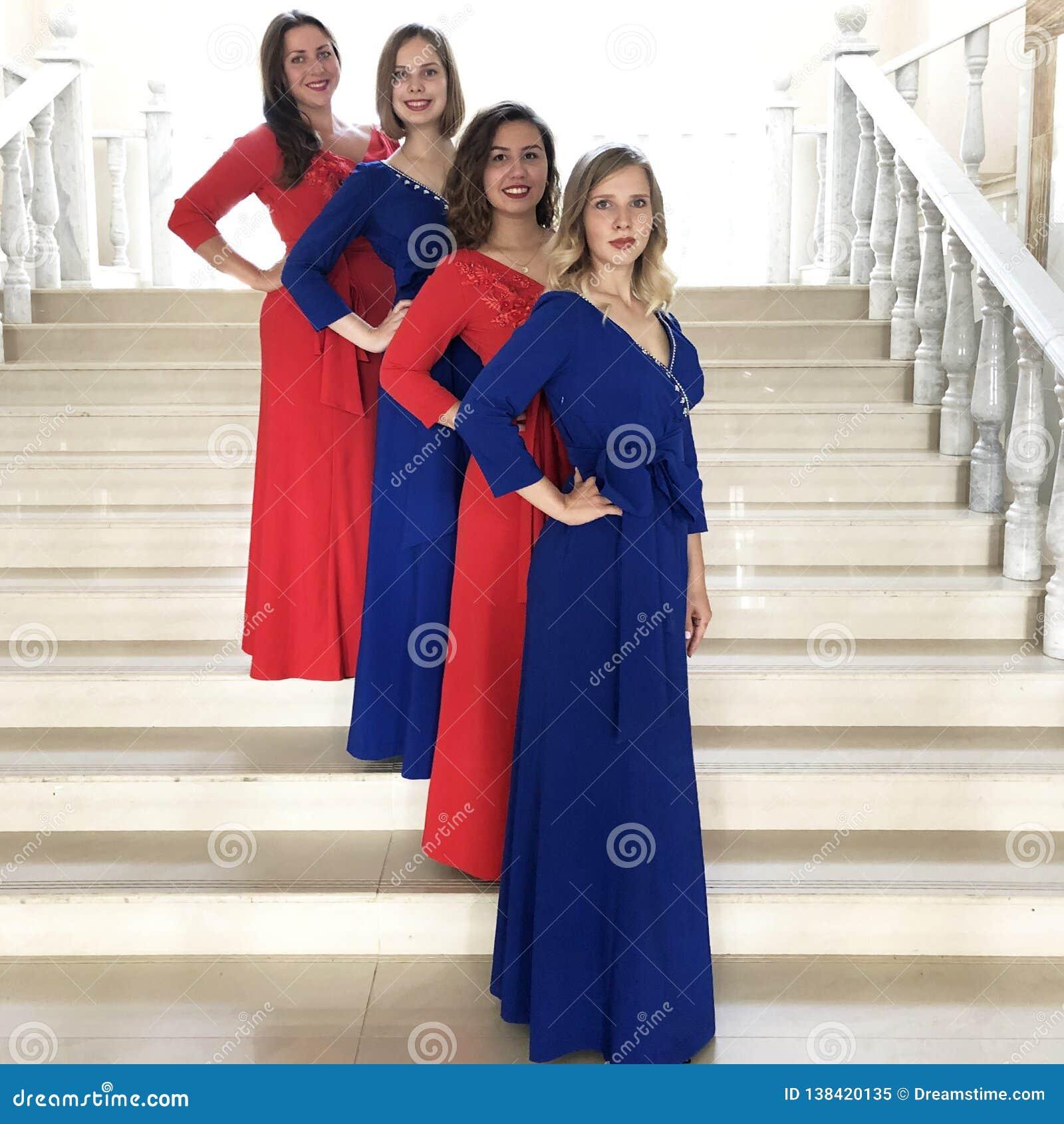 El conjunto en los mismos vestidos del concierto, grupo vocal, cuarteto de las mujeres