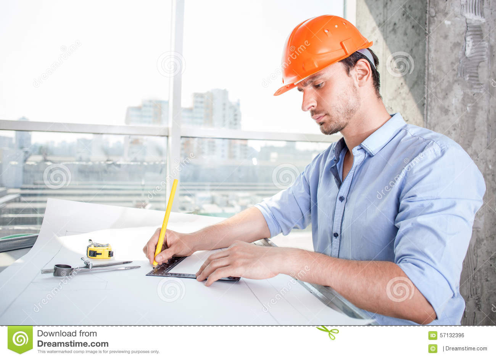El constructor joven alegre est dise ando el plan de for Todo para el arquitecto