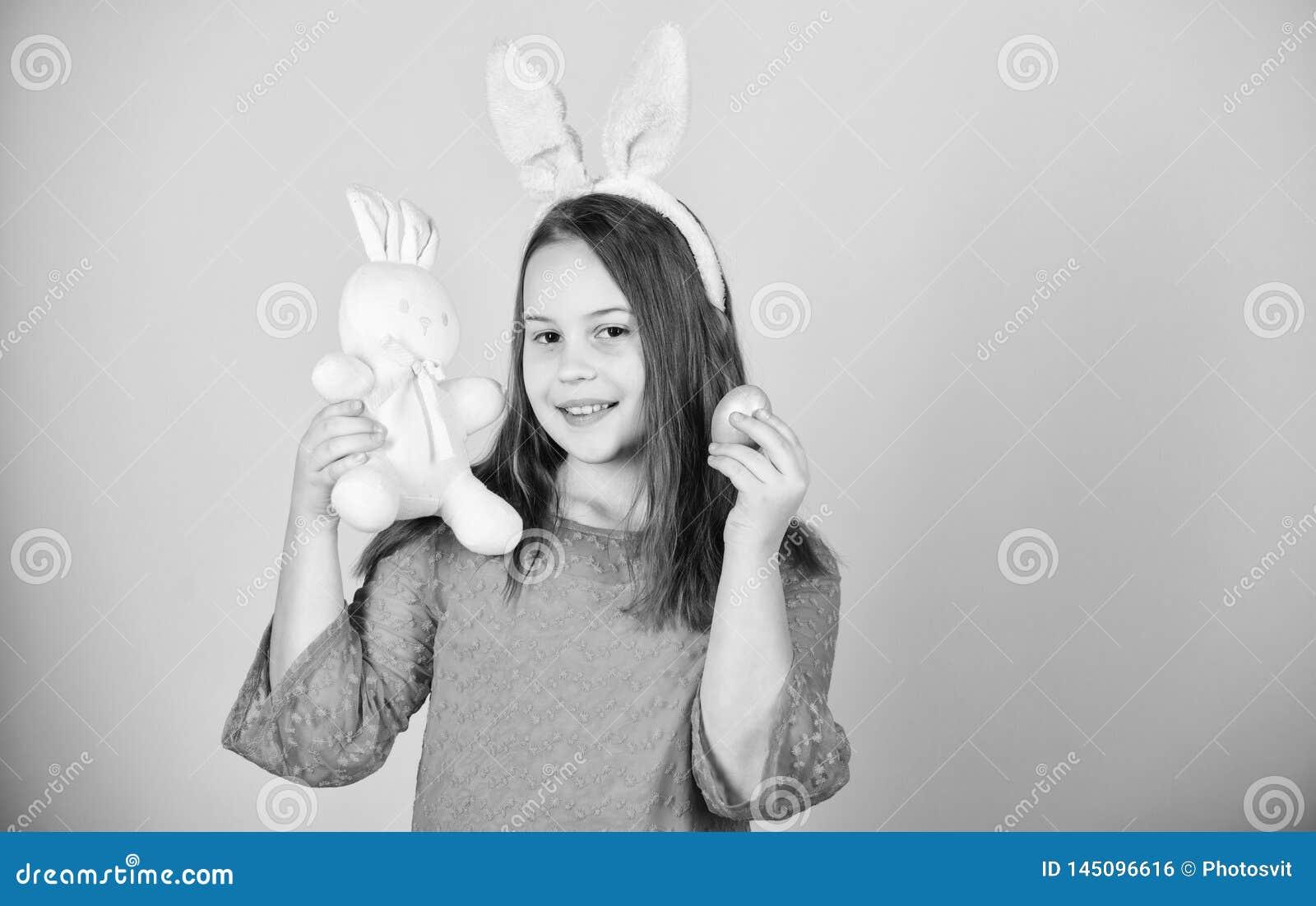El control accesorio del conejito de pascua del peque?o ni?o de la muchacha te?i? el huevo Origen del conejito de pascua S?mbolos