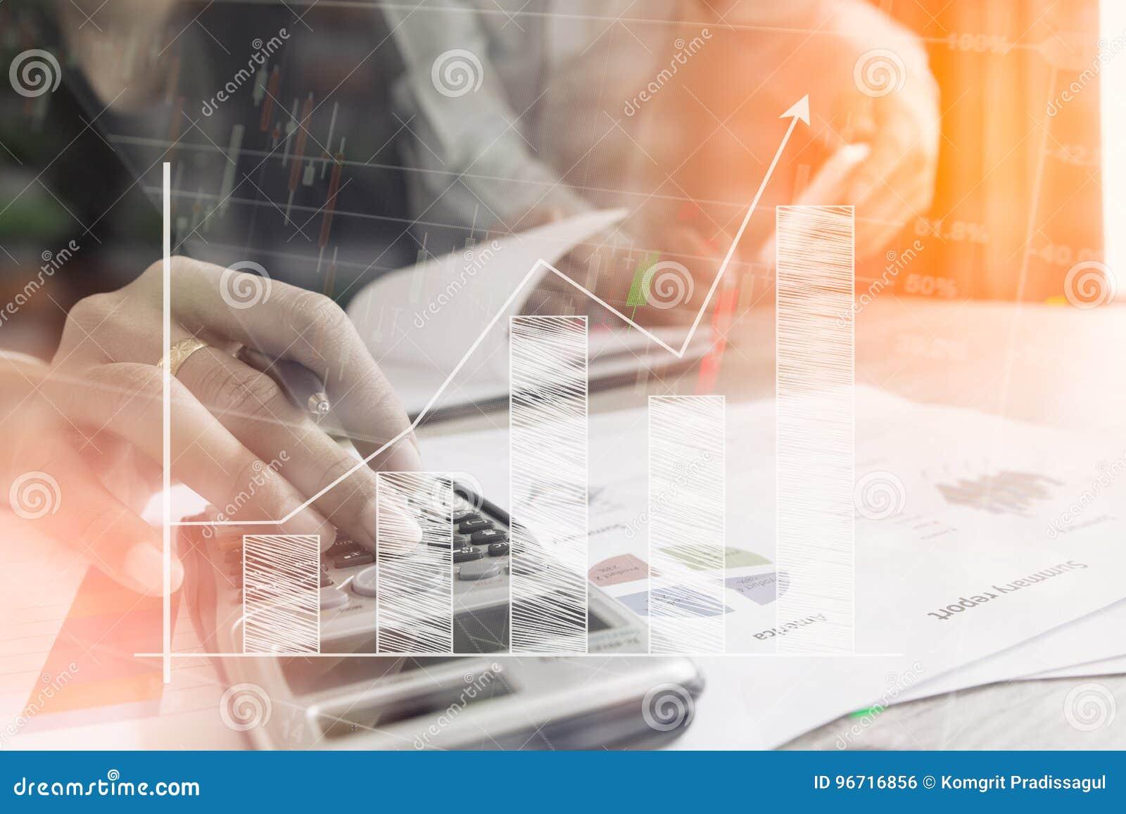 El control del hombre de negocios analiza seriamente a los colegas de las finanzas de un inversor del informe que discuten datos