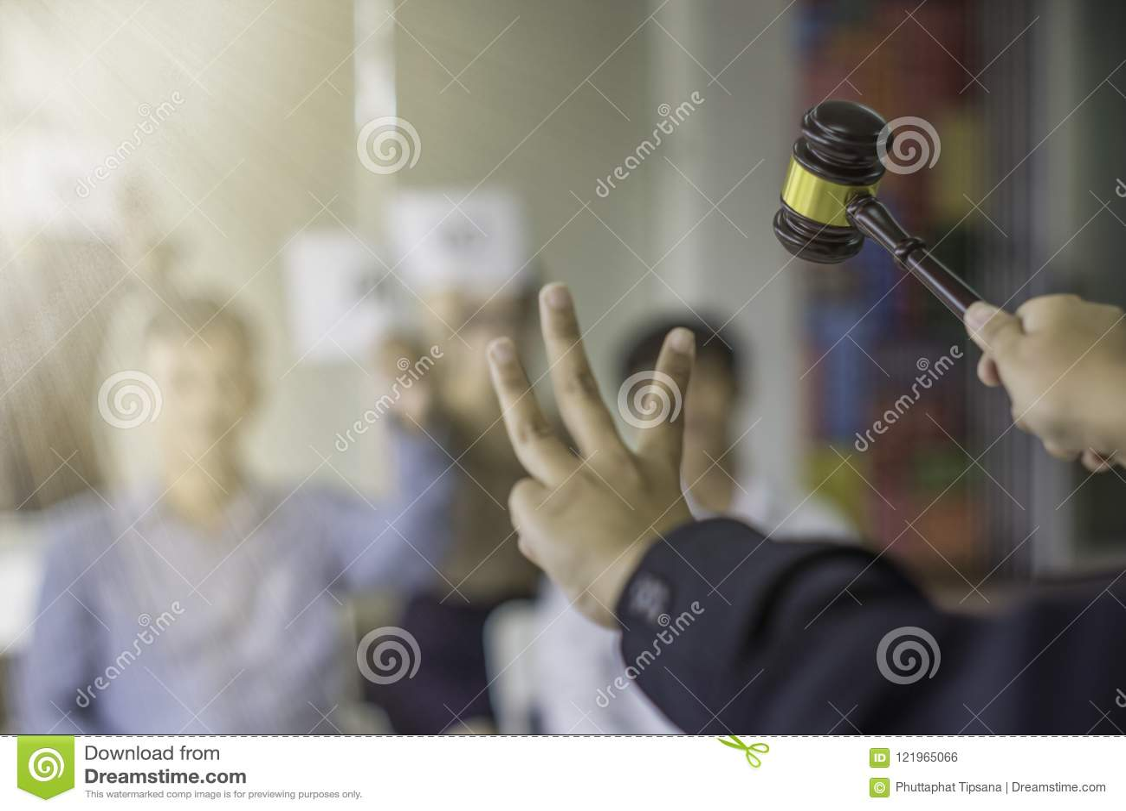 El control femenino del control de la subasta la 3ro mano y señala al ganador de la oferta del martillo