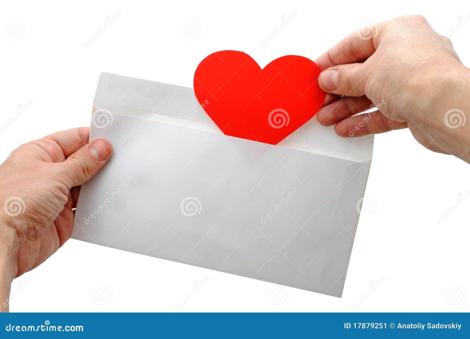 El corazón de la tarjeta del día de San Valentín puso en sobre