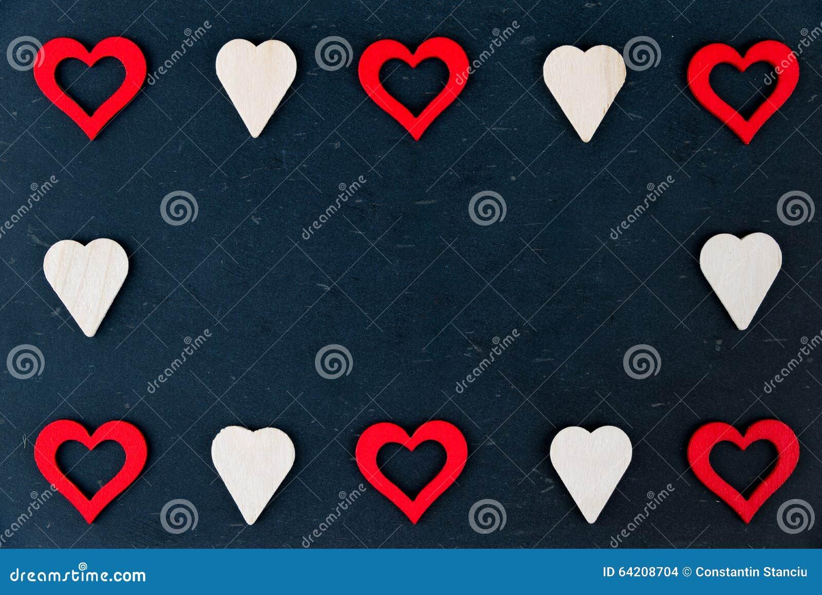 El corazón forma símbolos aislado en el espacio negro, disponible de la copia, concepto del amor