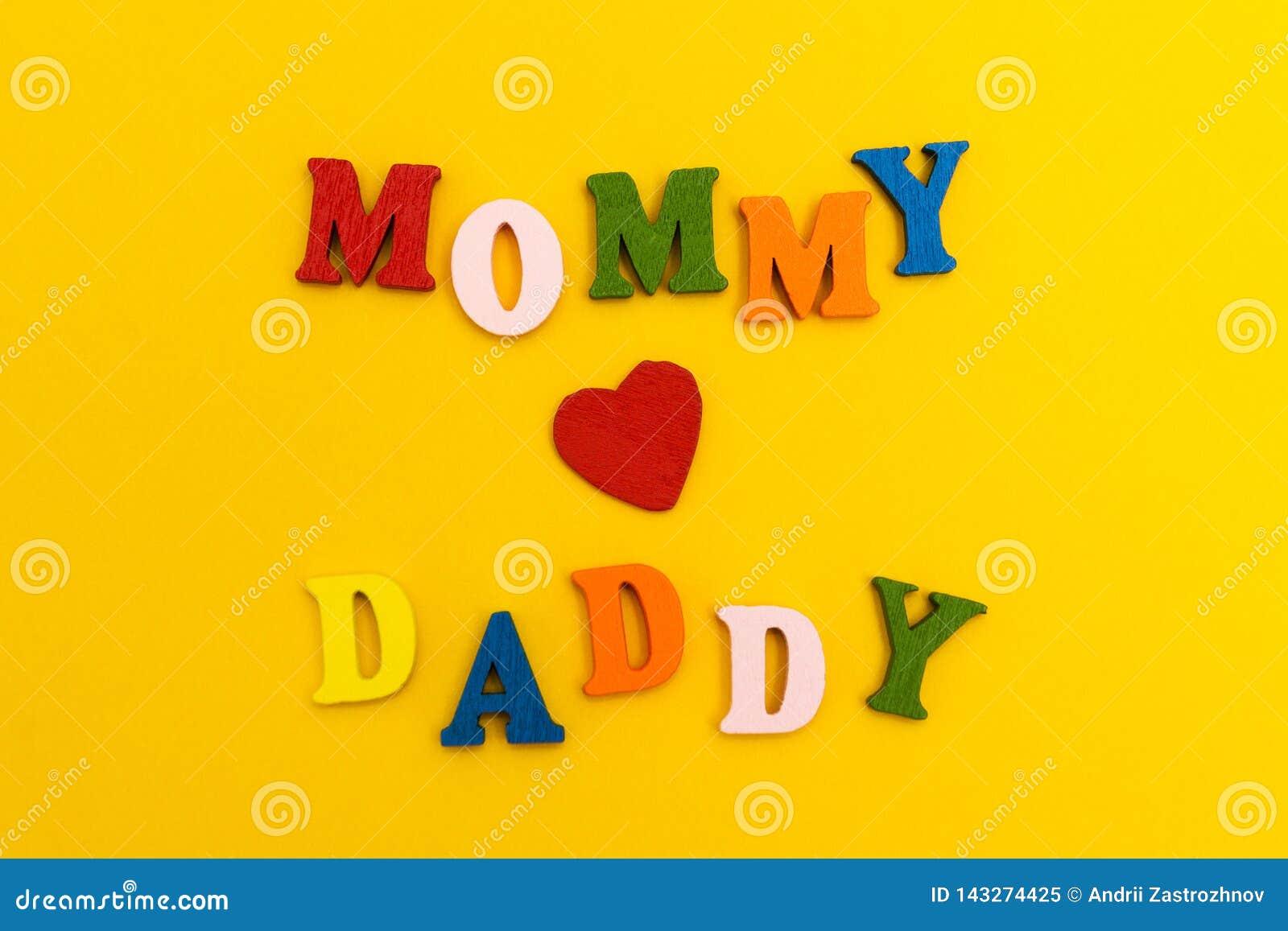 El corazón rojo en un fondo amarillo, mamá ama al papá