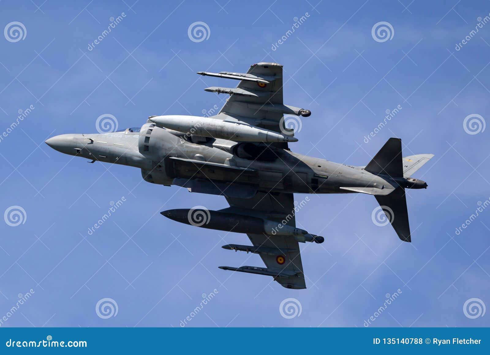 El corredor de cross español de Española McDonnell Douglas EAV-8B de la armada de la marina de guerra salta los aviones de jet