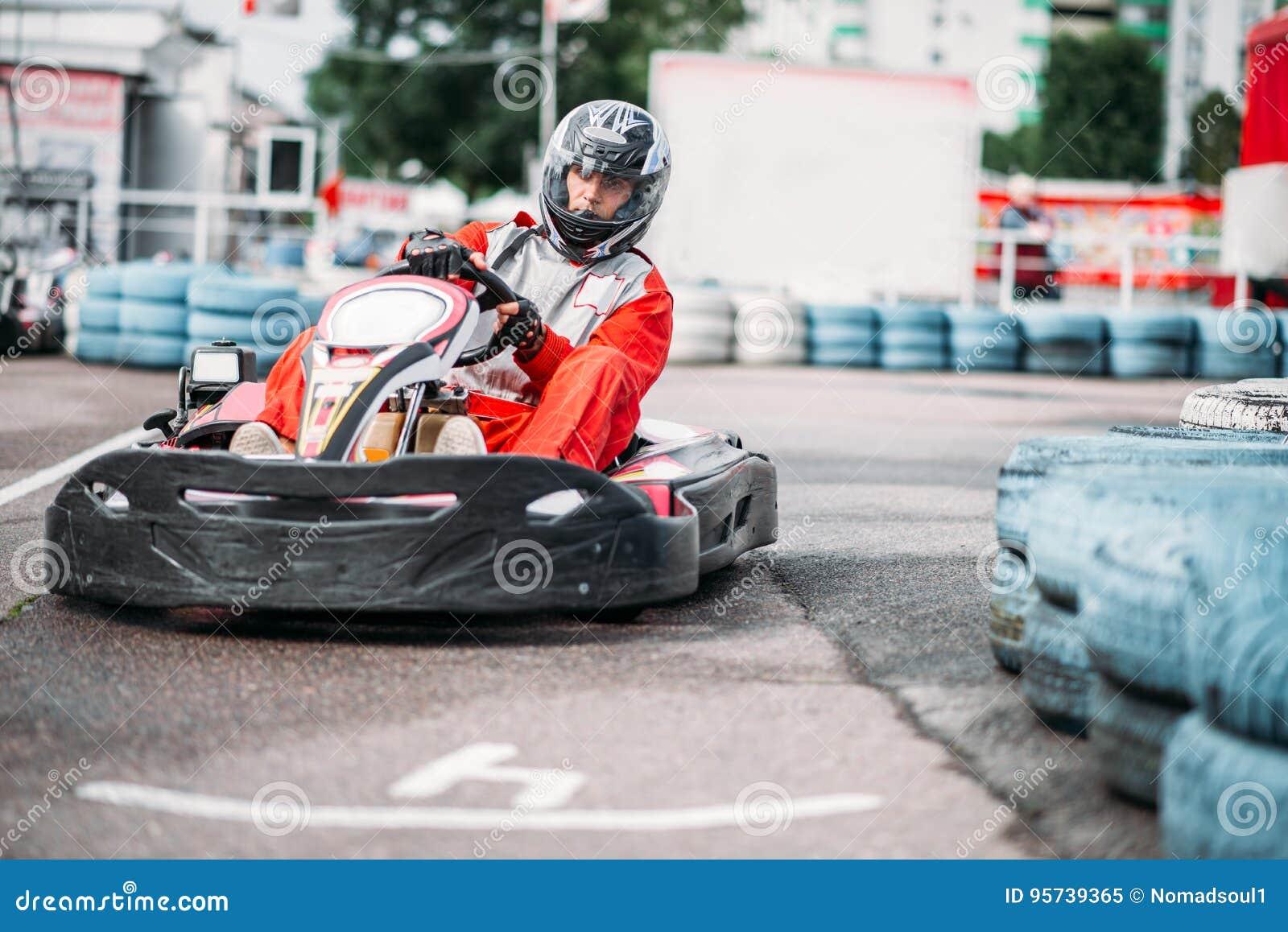 El corredor de Karting en la acción, va competencia del kart