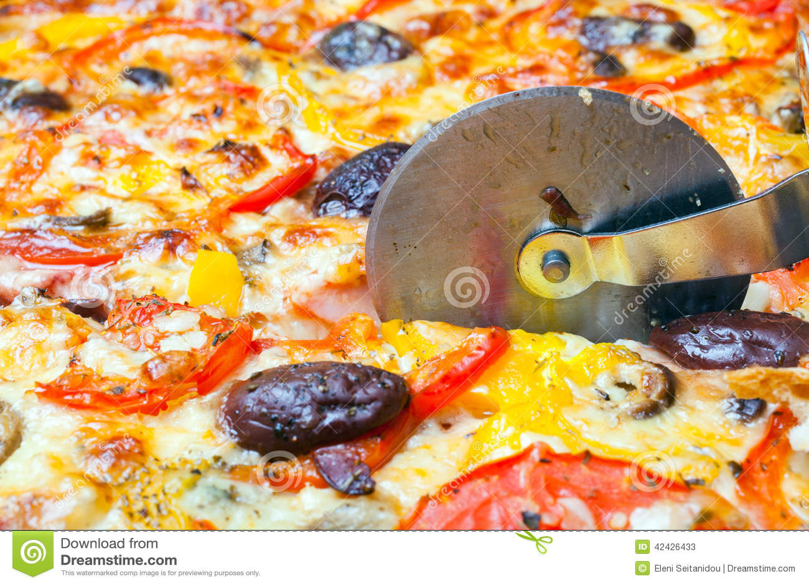 El cortador corta una pizza