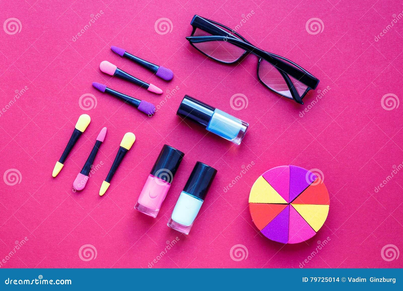 El cosmético del concepto fijó en la opinión superior del fondo rosado