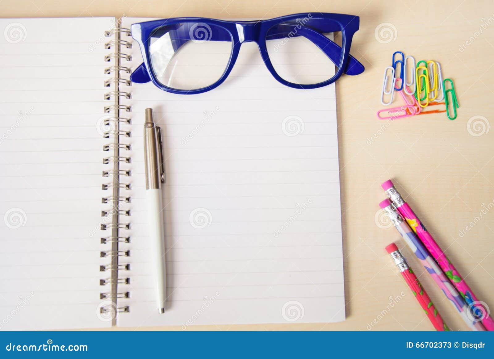 El Cuaderno Vacío Con Los Accesorios De La Oficina Y El Marco Azul ...