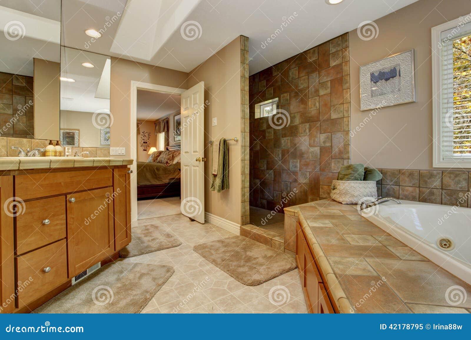 Tinas De Baño Con Ducha: de baño espacioso con la tina de baño de la esquina y abre la ducha