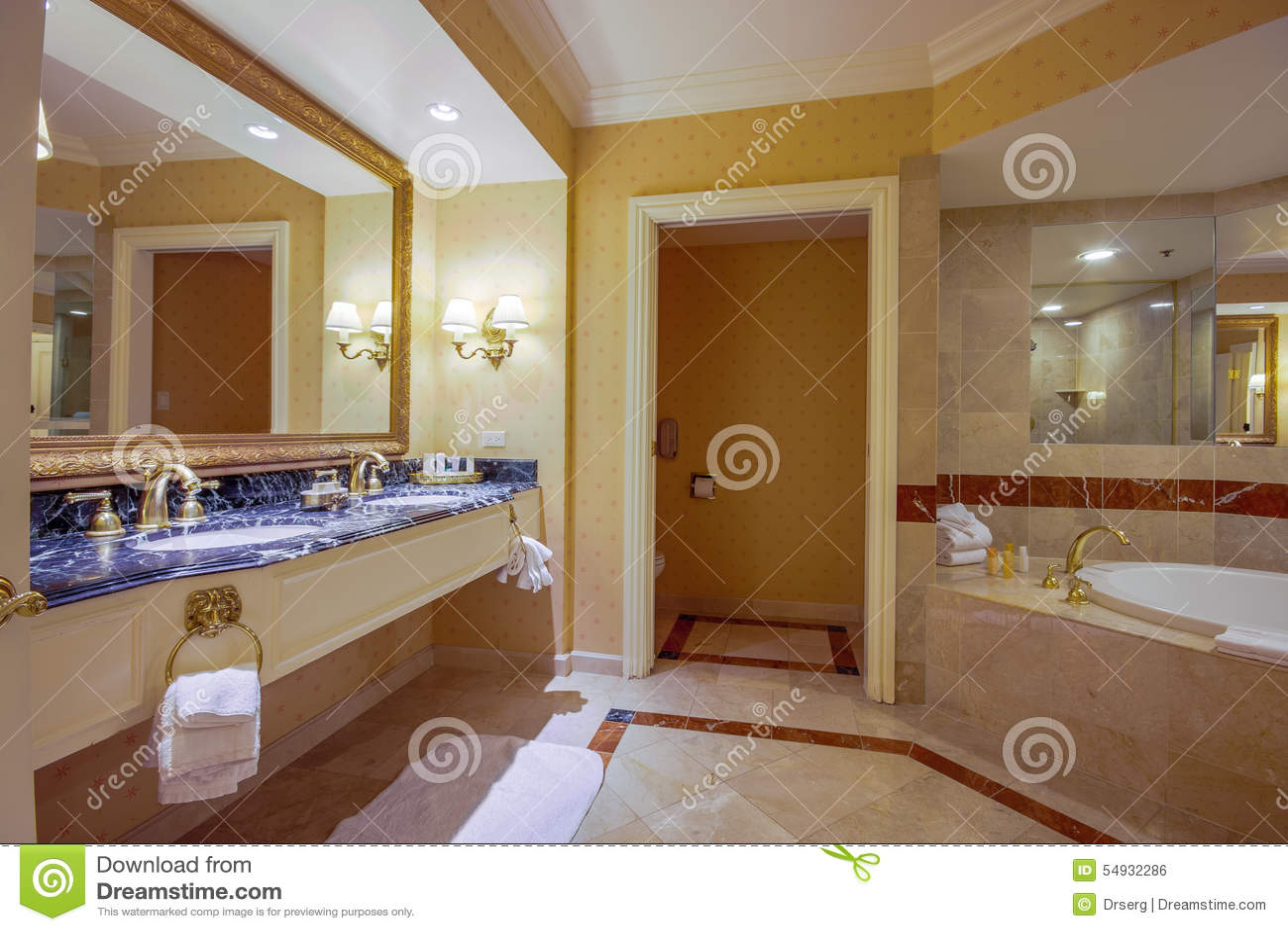 El Cuarto De Baño Moderno Con La Bañera Del Jacuzzi De Los ...