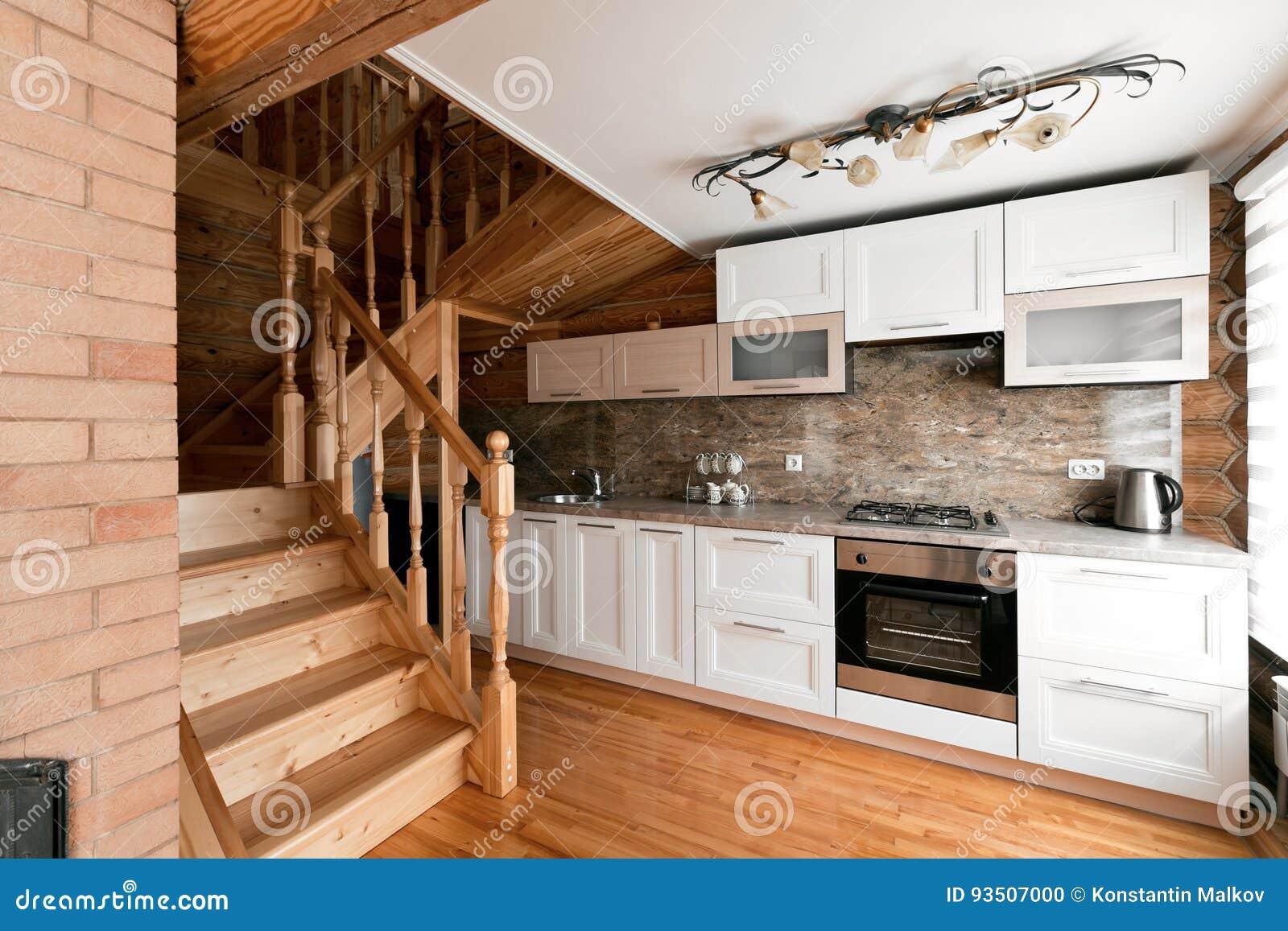 El cuarto de la cocina en una caba a de madera r stica en las monta as con un interior hermoso - Cabanas de madera los pinos ...