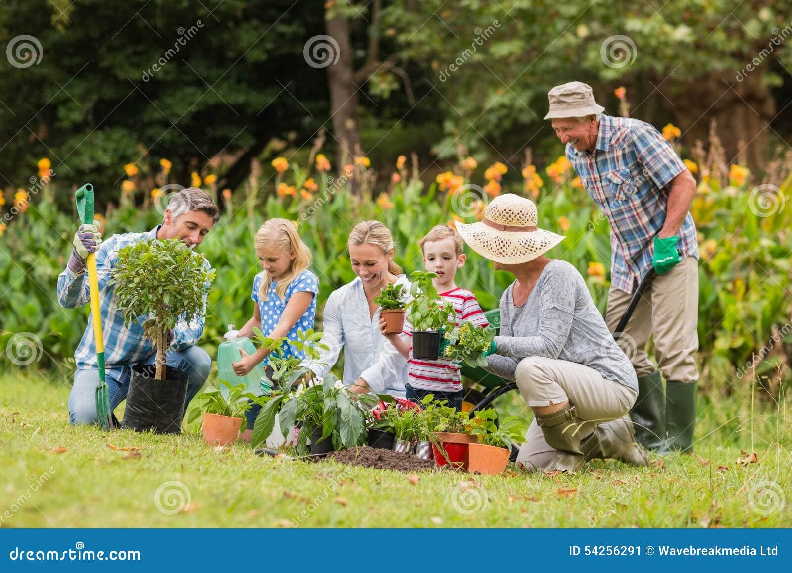 El cultivar un huerto feliz de la familia