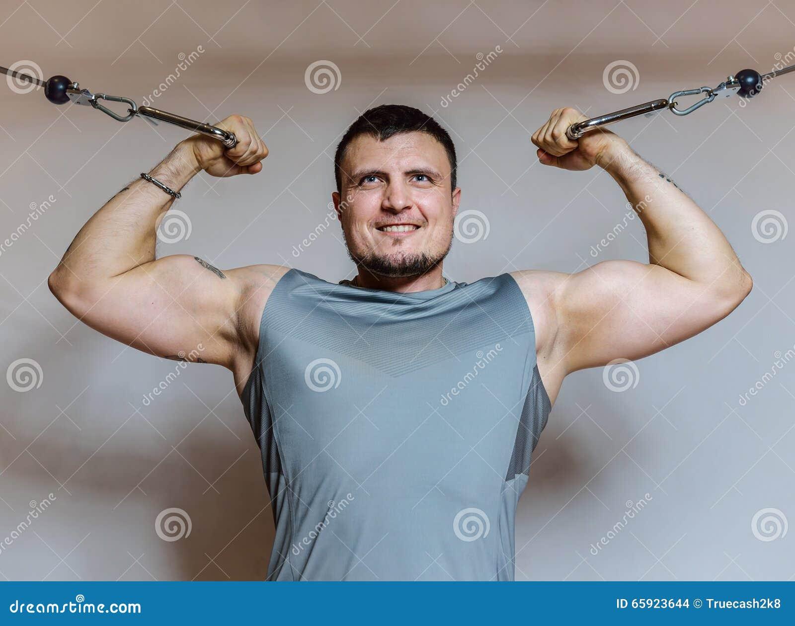 trabajar biceps en el gimnasio