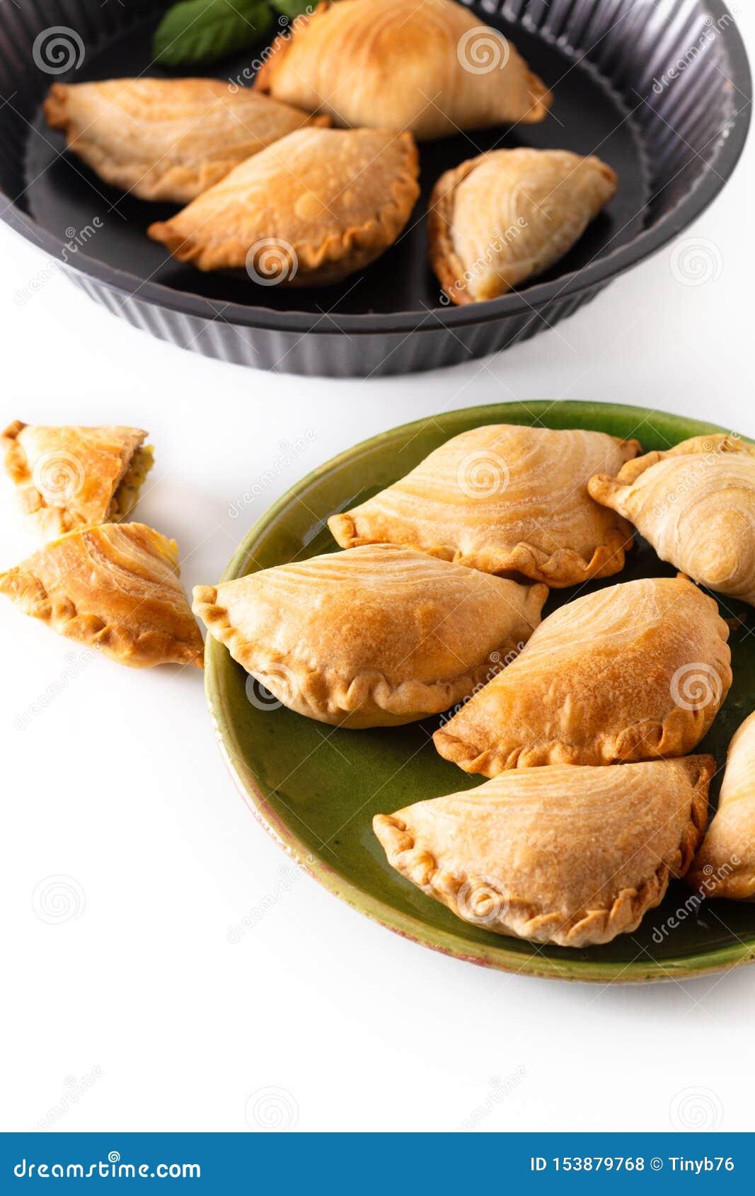 El curry hecho en casa del pollo del concepto de la comida del origen de Asia sudoriental sopla en el fondo blanco con el espacio