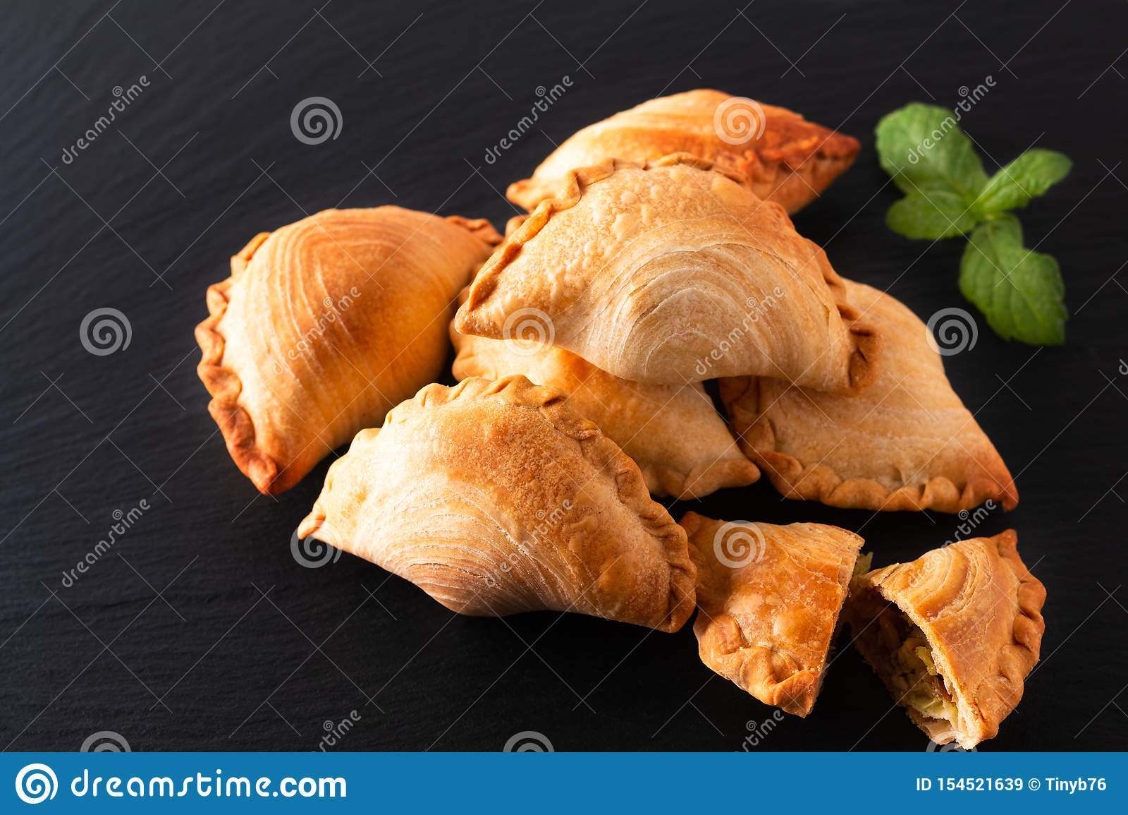 El curry hecho en casa del pollo del concepto de la comida del origen de Asia sudoriental sopla en fondo negro de la piedra de la