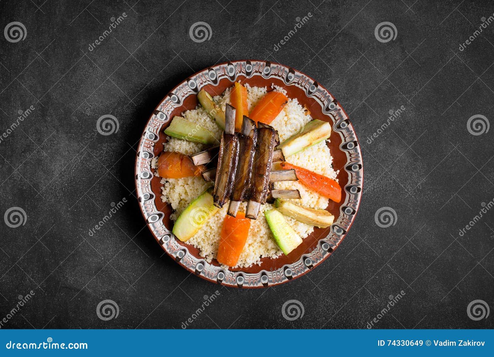 El cuscús árabe del dich se preparó con la carne y los veggies